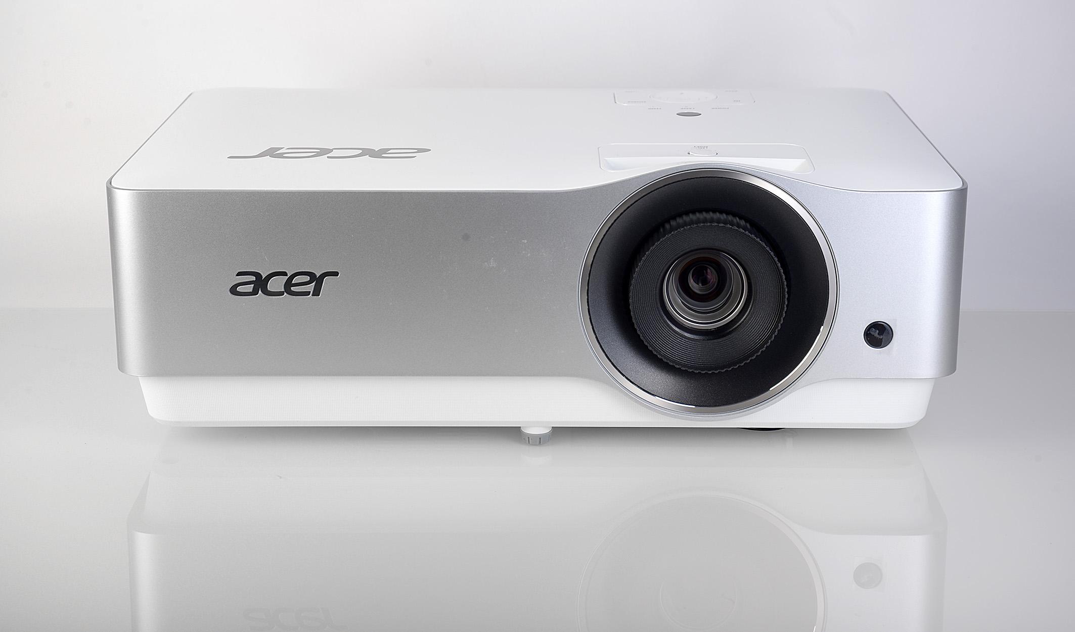 Foto: Michael B. Rehders Dank seines silbergrau/weißen Gehäuses lässt sich der Acer VL7860 gut in hellen Wohnstuben integrieren.