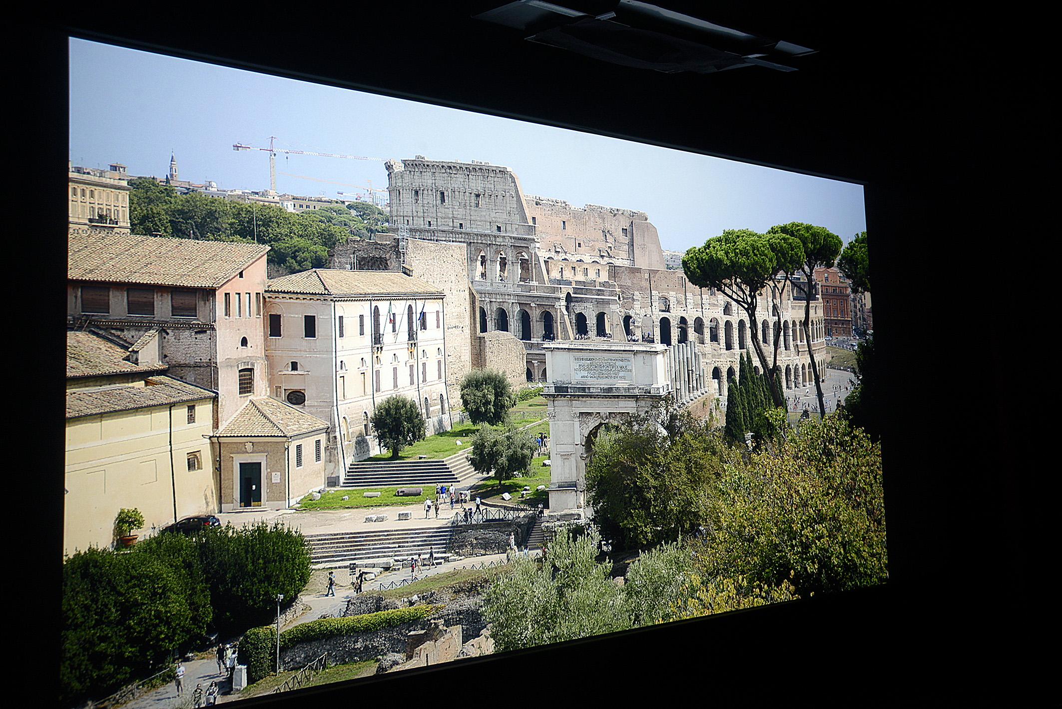 Foto: Michael B. Rehders Diese Aufnahme habe ich in Rom gemacht. Auch hier fällt auf, wie ausgezeichnet dem DLA-X5500 die Helligkeitsverteilung gelingt. Sogar der Kran im Hintergrund weist alle Streben auf, die in der Original-Aufnahmen enthalten sind.