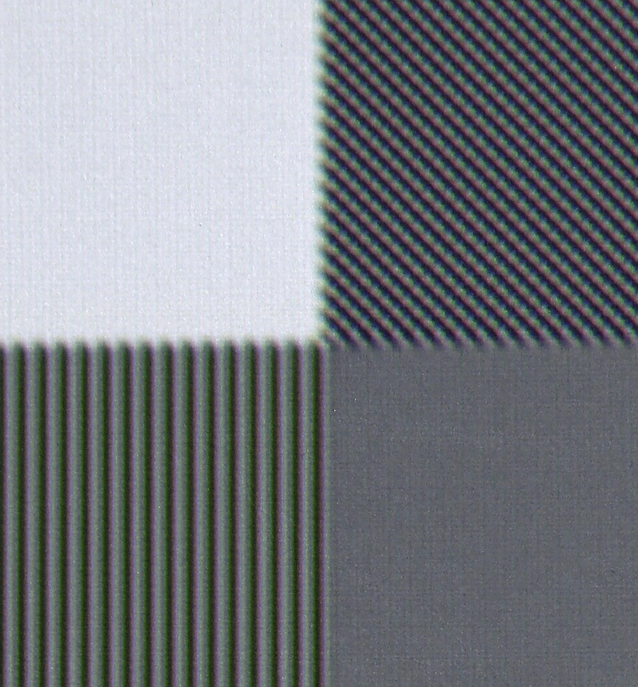 """UHD-Auflösung: Das von mir erstellte Testbild mit einem Schachbrettmuster in nativer UHD-Auflösung wird vom JVC DLA-X5500 schneeweiß projiziert. Aus physikalischen Gründen ist der Projektor nicht imstande, mittels Full-HD-Auflösung plus E-Shift-4 alle 3840 x 2160 Pixel abzubilden. Stattdessen entscheidet sich E-Shift-4 offensichtlich für zwei """"Weiße Pixel"""" des UHD-Schachbretts."""