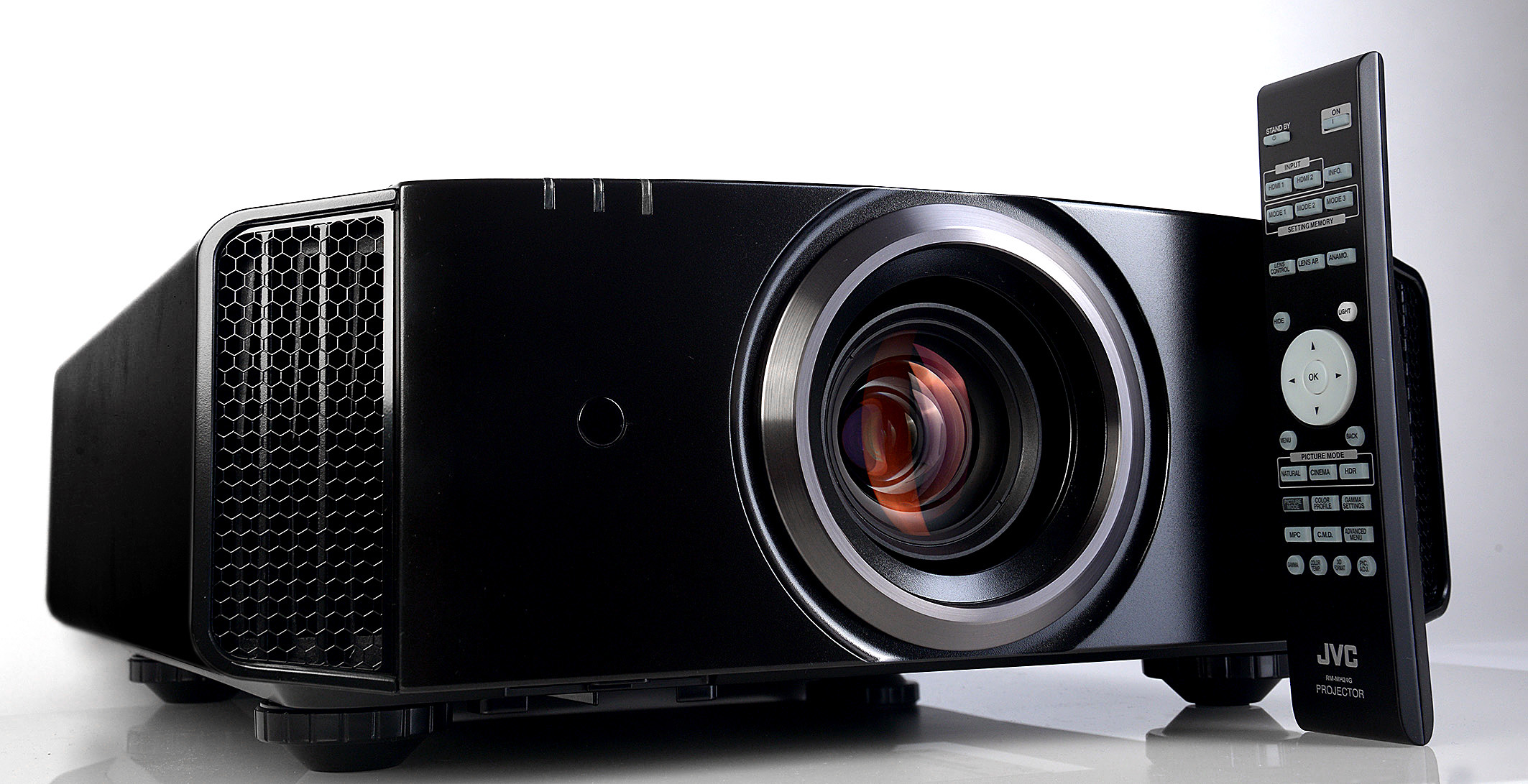 Foto: Michael B. Rehders JVC DLA-X5500 – Seit dem Modell DLA-X3 gibt es äußerlich kaum Unterschiede zwischen den Projektoren.