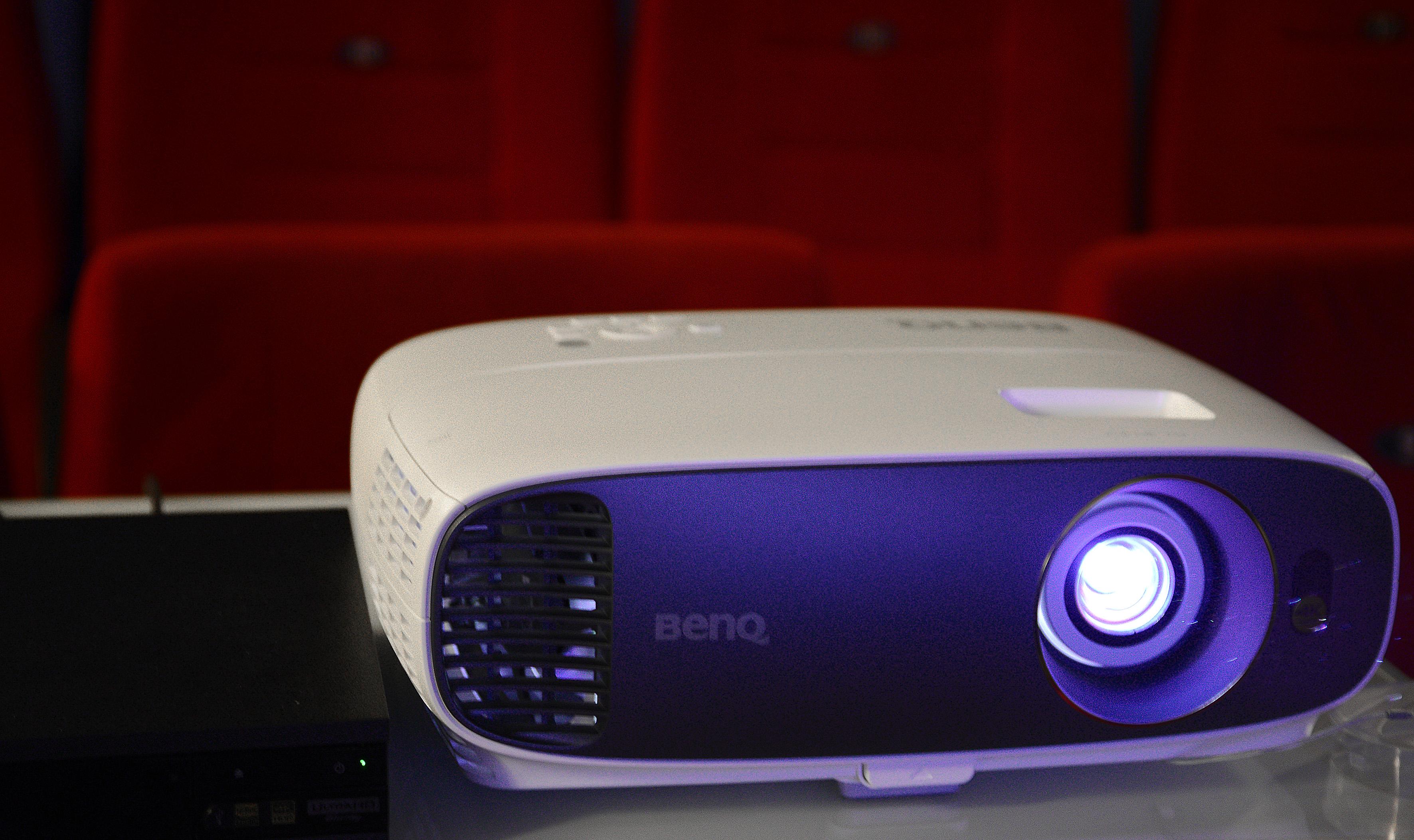 Foto: Michael B. Rehders Auch in meinem Heimkino macht der BenQ W1700 eine gute Figur. Links daneben steht der 4K-Blu-ray-Player von Sony (UBP-X800), der die Zuspielung der 4K-Fotoaufnahmen und Spielfilme übernimmt.