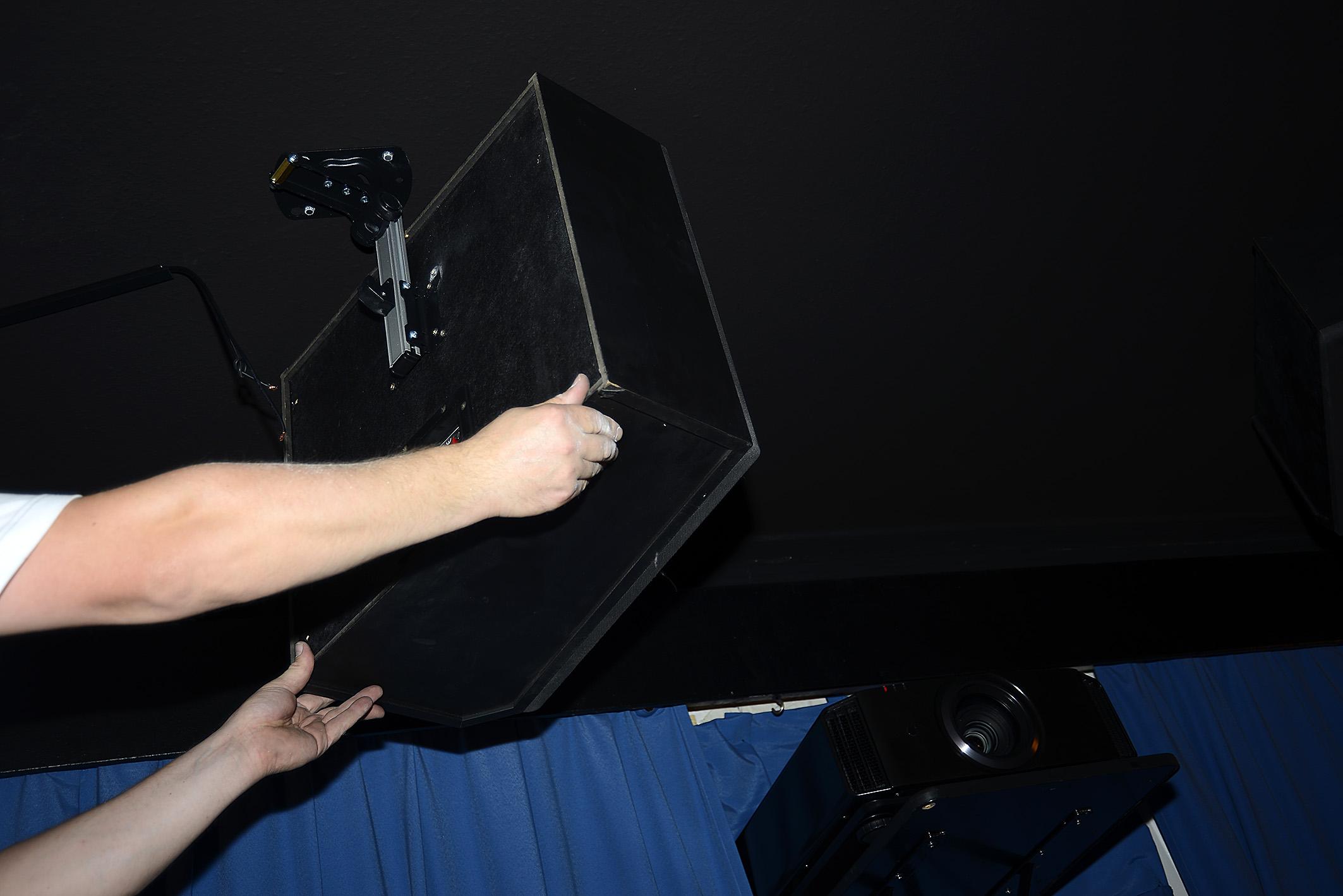 Foto: Michael B. Rehders Der KCS SR-10-A wird an die Deckenhalterung eingehakt. Das ist sogar allein ganz gut zu schaffen. Anschließend werden die Lautsprecherkabel noch eingesteckt und der KCS SR-10 hochgeklappt. Nun liegen die Top-Speaker flach unter der Decke.
