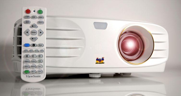 Foto: Michael B. Rehders Der ViewSonic PX747-4K ist im edlen Weiß und handlicher Fernbedienung erhältlich.
