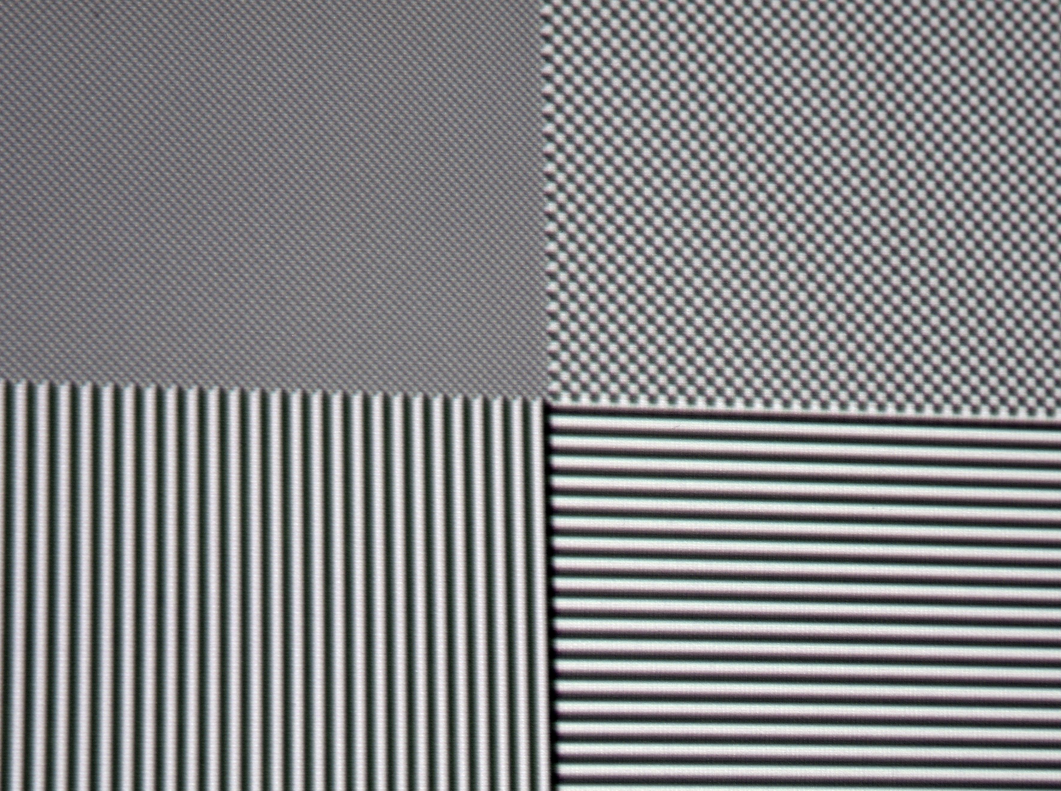 Oben links ist ein Schachbrettmuster mit Full-HD-Pixelauflösung abgebildet. Der ViewSonic PX747-4K stellt einzelne Pixel vollständig dar. Minimale chromatische Aberrationen sind allenfalls mit der Nasenspitze vor der Leinwand auszumachen, sie spielen aber auf üblichen Betrachtungsentfernungen keine Rolle. Schwarz/Weiß-Bilder sind wunderbar farbneutral.