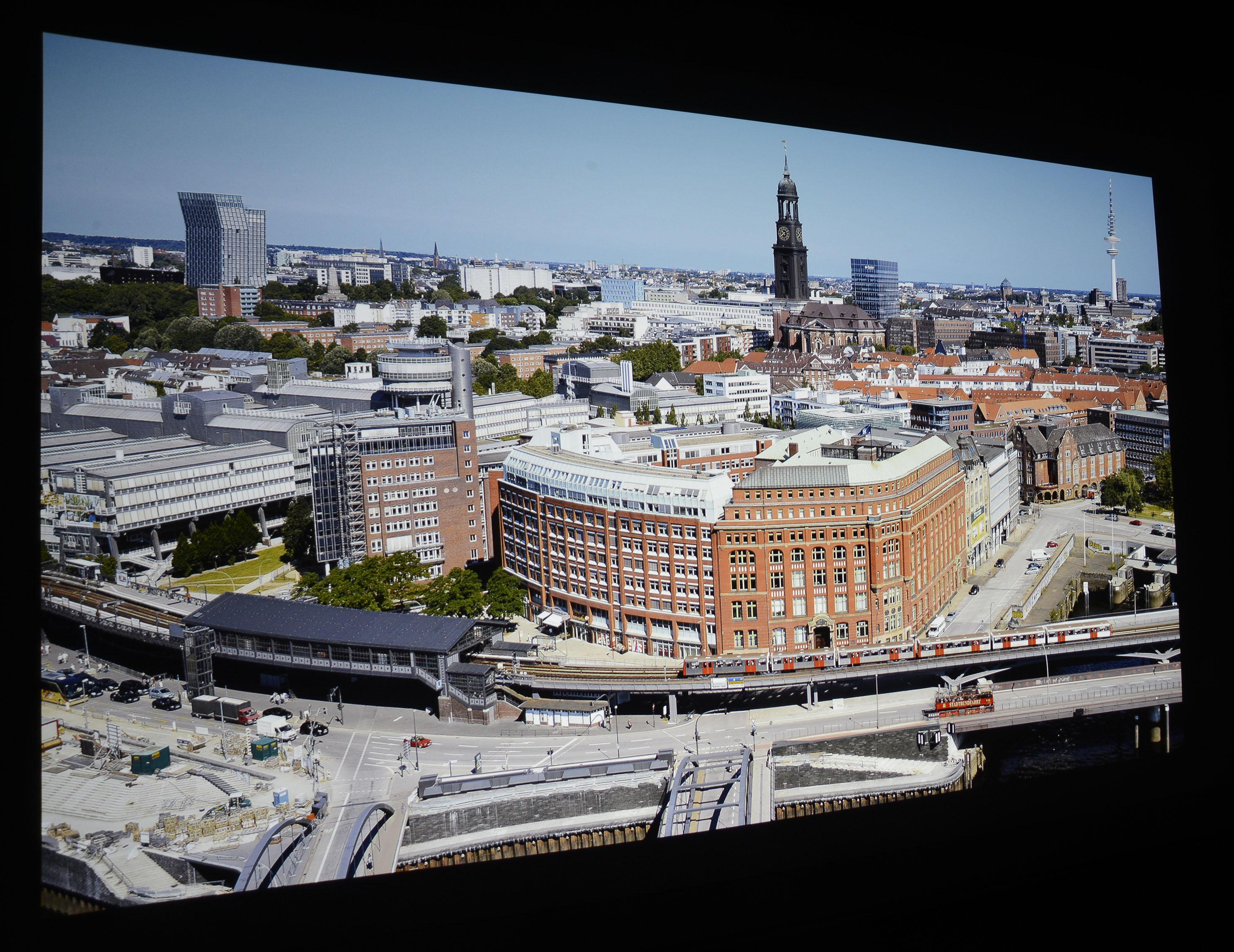Foto: Michael B. Rehders Meine Panoramaaufnahme von Hamburg sieht sowohl im dedizierten Heimkino als auch im Wohnzimmer mit leichtem Tageslichteinfall prächtig aus.
