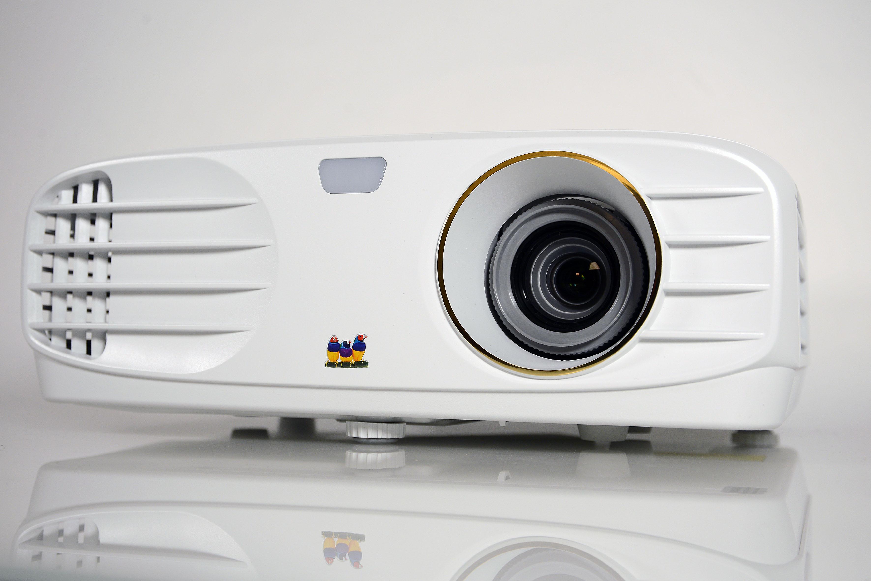 Foto: Michael B. Rehders Auch ausgeschaltet gefällt mir der ViewSonic PX747-4K im hell eingerichteten Wohnzimmer, dank weißem Gehäuse und goldenem Objektivring.