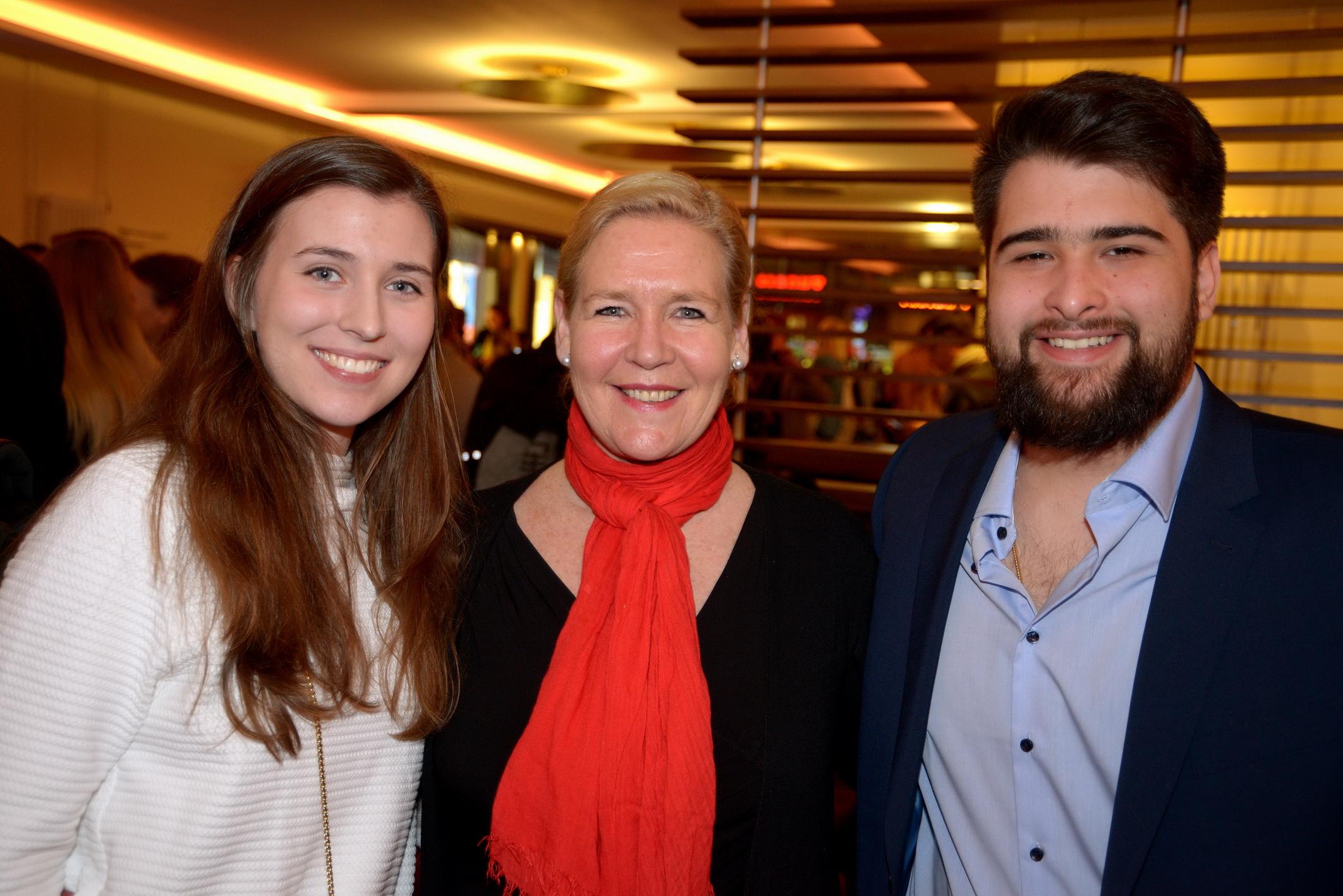 Foto: Michael B. Rehders - Ulrike Krämer inmitten von zwei ihrer Studenten.