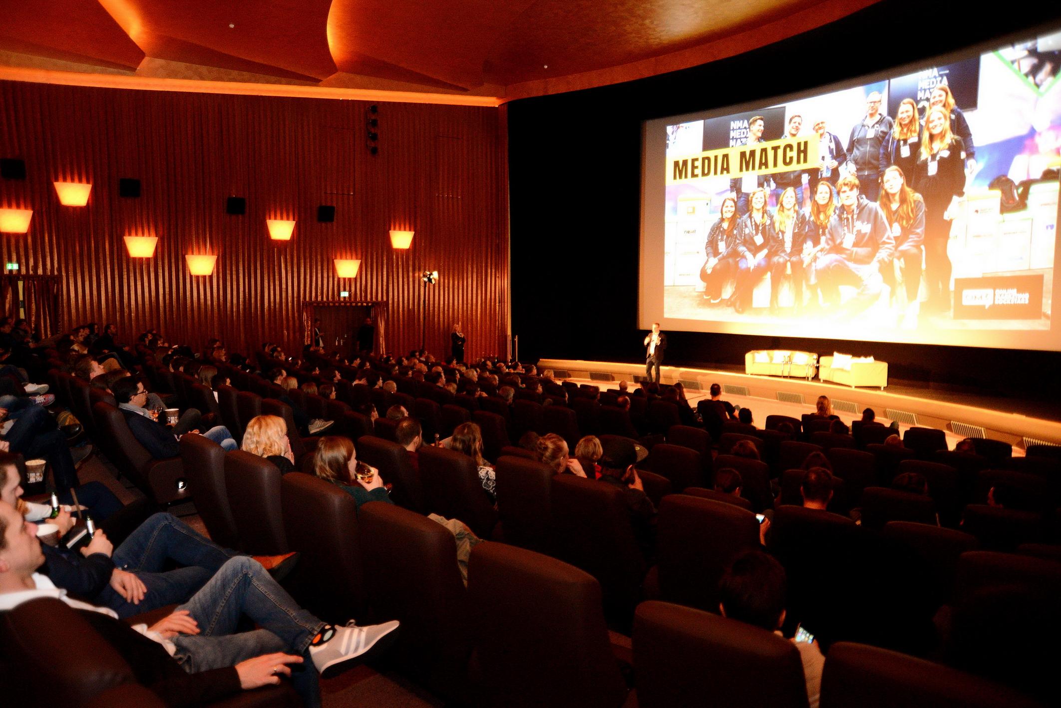 Foto: Michael B. Rehders Das Savoy Filmtheater war gut gefüllt. Anstatt der hier üblicherweise projizierten spannenden Blockbuster, gab es hilfreiche und wissenswerte Vorträge, die nicht minder spannend waren.
