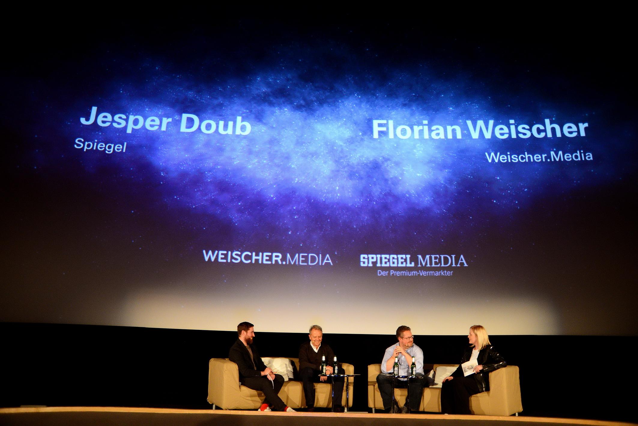 Foto: Michael B. Rehders Große Bühne: Die Moderatoren Franziska und Mo interviewten Florian Weischer (Weischer. Media) und Jesper Doub (Spiegel.Media).