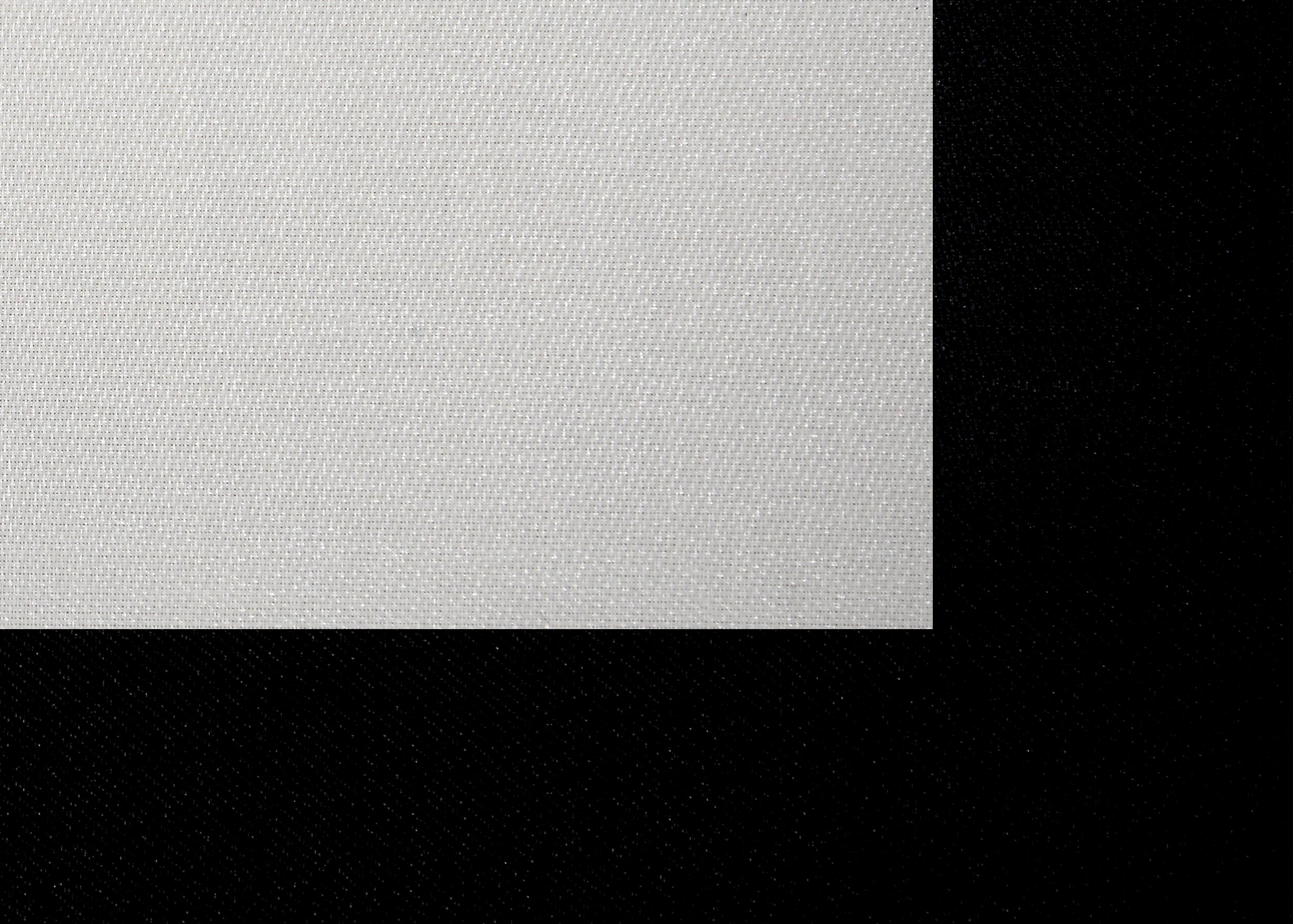 Foto: Michael B. Rehders In der Makroaufnahme ist gut zu sehen, wie fein das Tuch gewebt ist. Durch die nur aus allernächster Nähe sichtbare Perforation kann der Ton ungehindert zum Publikum strahlen, während das Bild vollständig und ohne nennenswerte Detailverluste abgebildet wird. Ab einem Betrachtungsabstand von etwa 2,50 Meter ist die Glasfaser-Gewebestruktur nicht mehr zu erkennen.