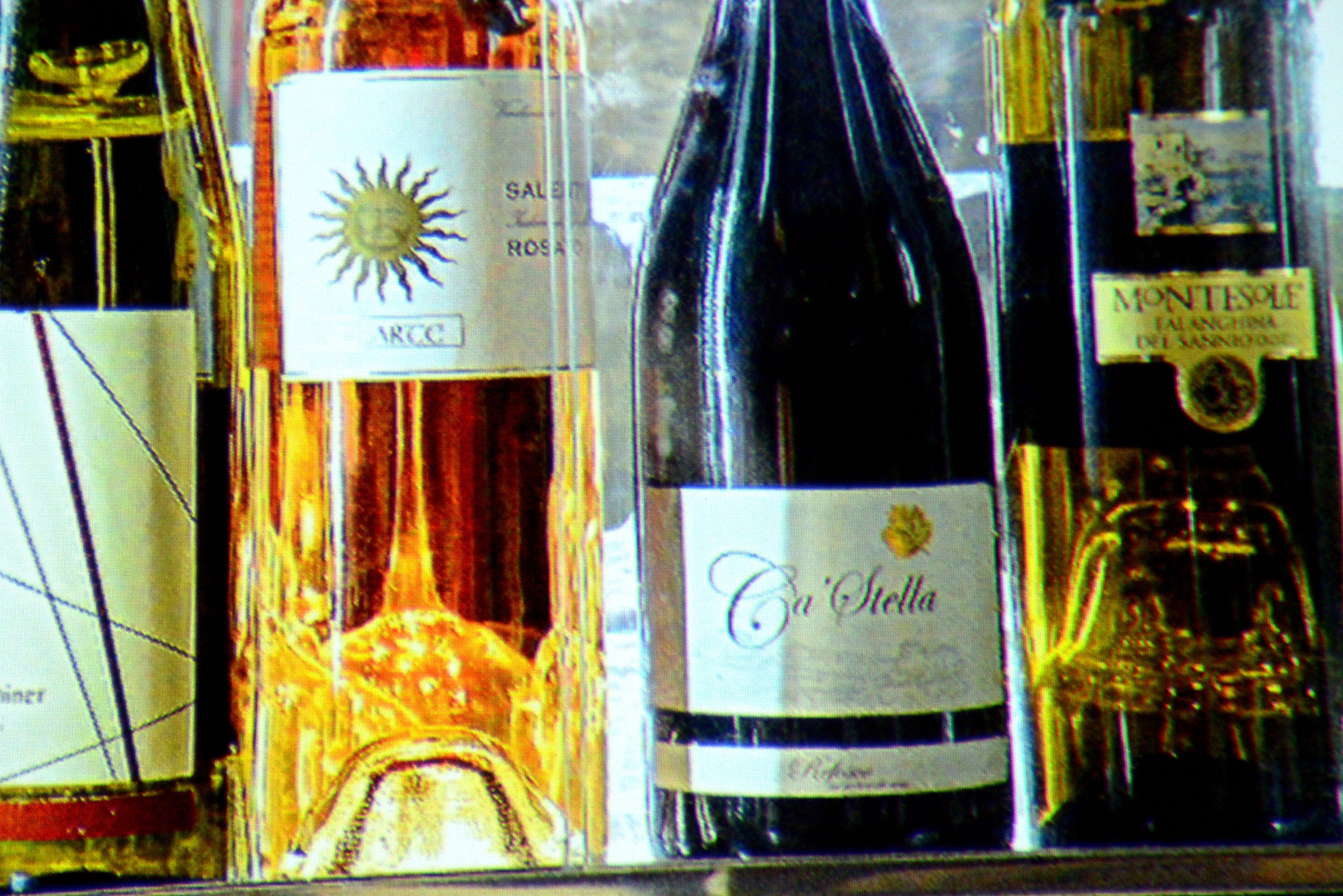 """Foto: Michael B. Rehders Wenn """"Low Latency"""" ausgeschaltet ist, werden die Namen auf den Etiketten der Weinflaschen vollständig abgebildet."""