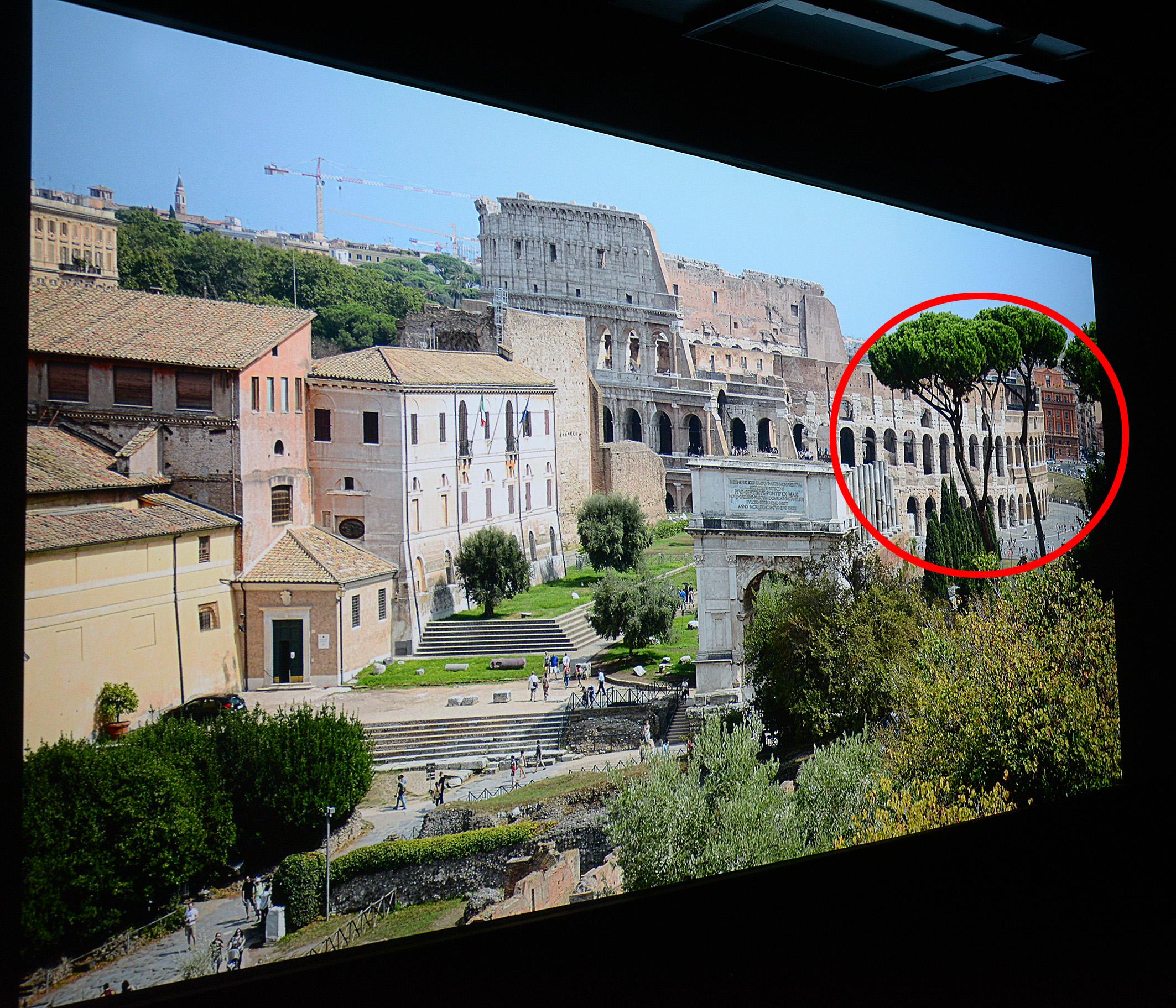 Foto: Michael B. Rehders Die Aufnahme von Rom bietet zahlreiche Details, um Stärken und Schwächen von Projektoren aufzudecken. Schauen wir uns einfach mal den rot eingekreisten Bereich etwas genauer an.