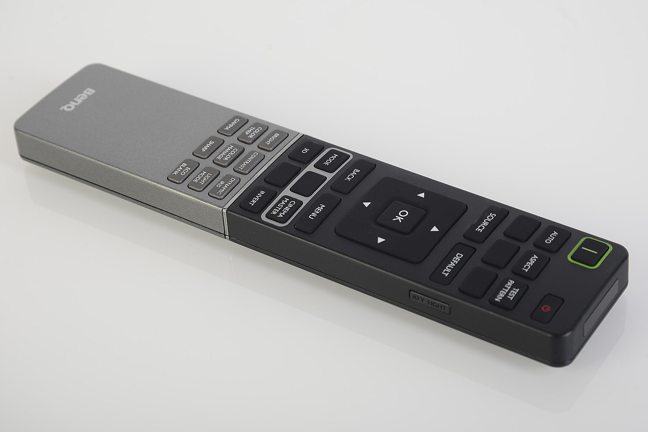 Foto: Michael B. Rehders BenQ hat die Fernbedienung neu designt. Die Tastatur ist beleuchtet und es lässt sich schnell und treffsicher durch das On-Screen-Menü navigieren.