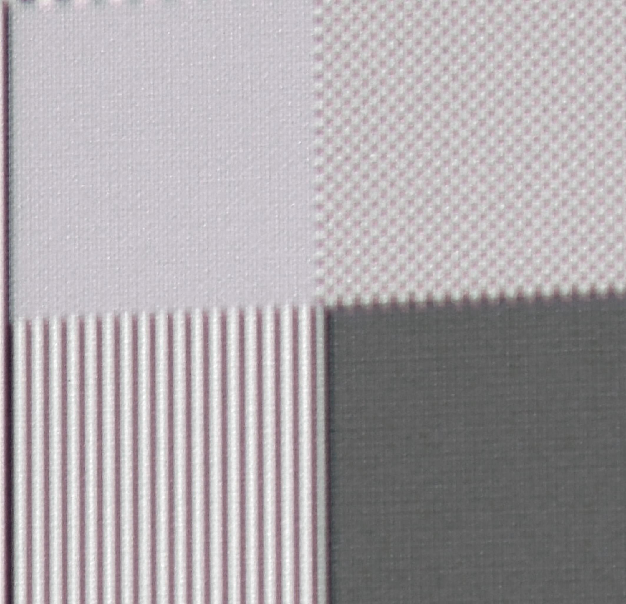 UHD-Pixelauflösung Zur Veranschaulichung der Arbeitsweise der XPR-Shift-Technologie habe ich diese Makroaufnahme gemacht. Ein einziger UHD-Pixel ist gerade mal ¼ so groß wie ein Full-HD-Pixel. Links oben ist im Original ein Schachbrett mit schwarzen und weißen Feldern abgebildet. Via XPR-Shift-Technik werden einzelne UHD-Pixel leicht übereinander gelegt. Das führt zu einer grauen Fläche, während Full-HD-Pixel (rechts oben) vollständig abgebildet werden.