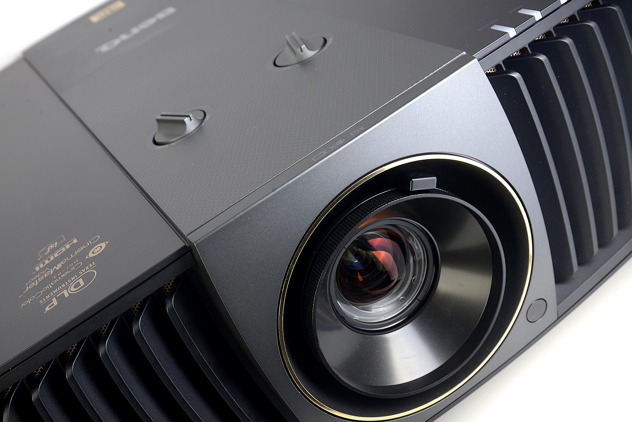 Foto: Michael B. Rehders Einzig die goldene Schrift auf dem Projektor unterscheidet äußerlich den BenQ X12000 vom W11000. Zoom und Lens-Shift werden mit den beiden Drehreglern eingestellt, die sich oberhalb des Objektivs befinden.