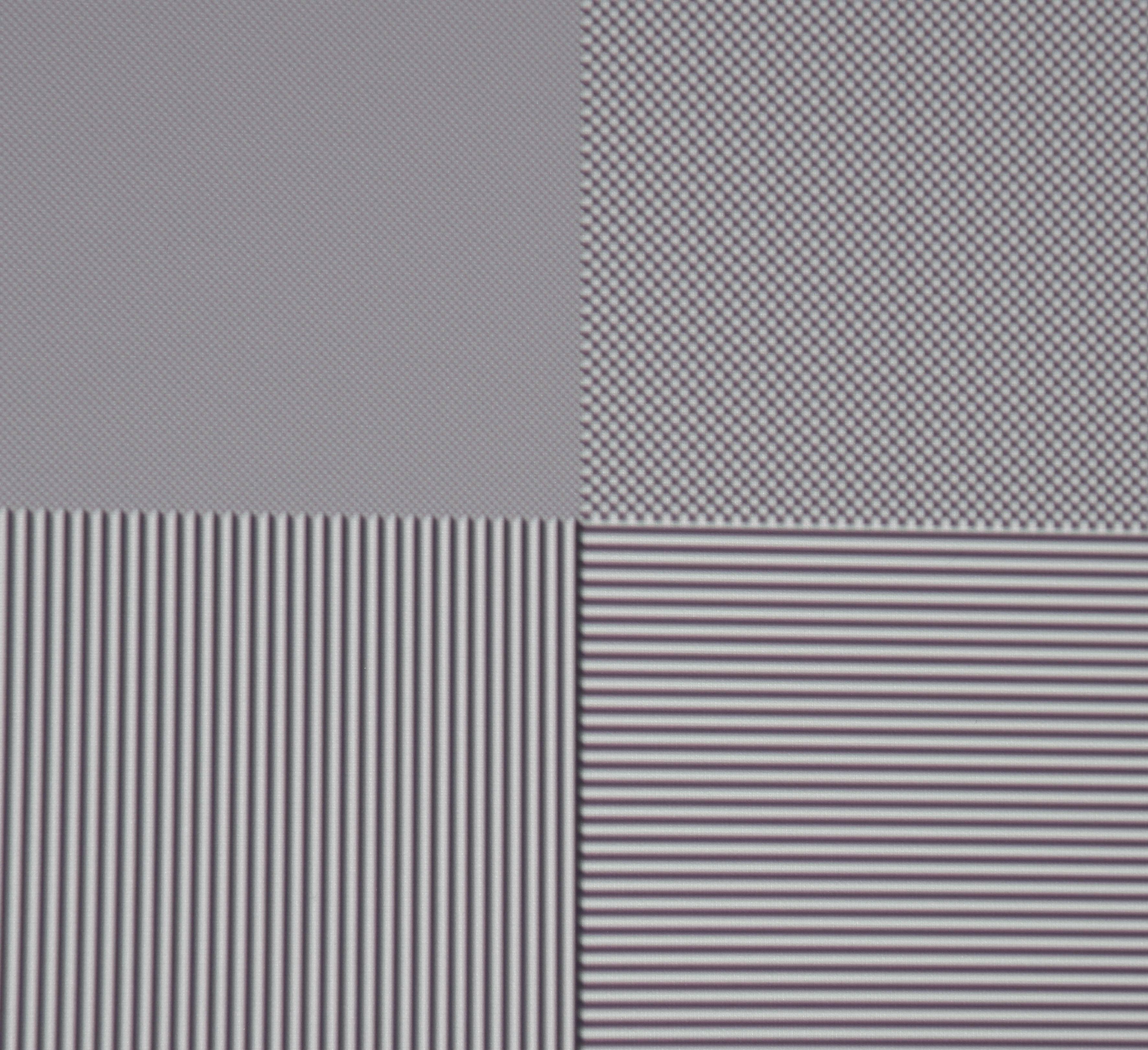 Full-HD-Auflösung: Oben links sind einzelne schwarze und weiße Felder als Schachbrett angeordnet. Der Screenshot zeigt deutlich, dass alle Pixel abgebildet werden und der Kontrast erhalten bleibt.