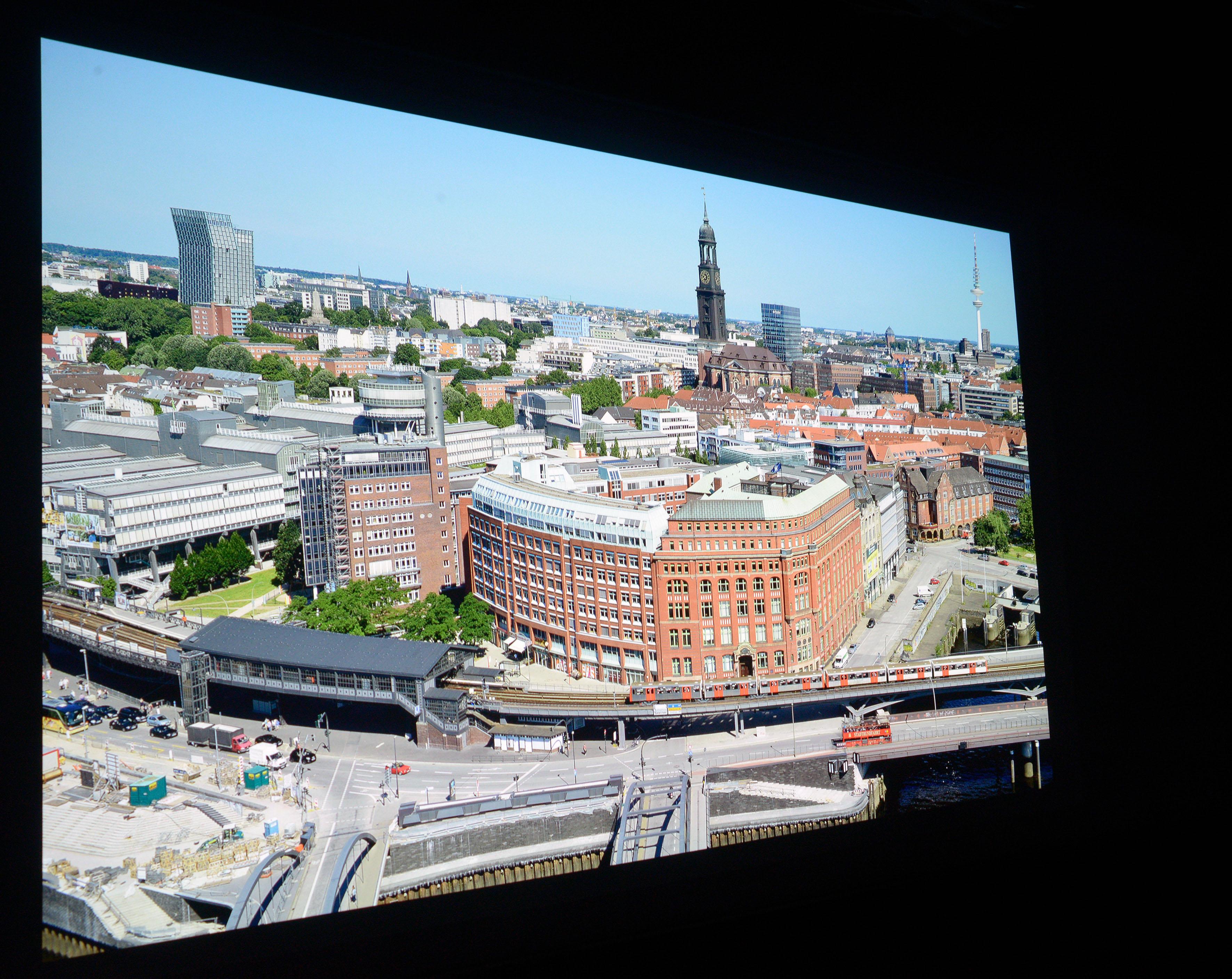 Foto: Michael B. Rehders (Originalaufnahme) Diese Panoramaaufnahme von Hamburg habe ich aus der 21. Etage des Hanseatic Trade Centers geschossen. Die Ursprungsauflösung beträgt 36 Megapixel. Diese Datei habe ich auf UHD-Auflösung herunterskaliert. Sie dient mir als Referenz für diverse Projektoren-Tests.