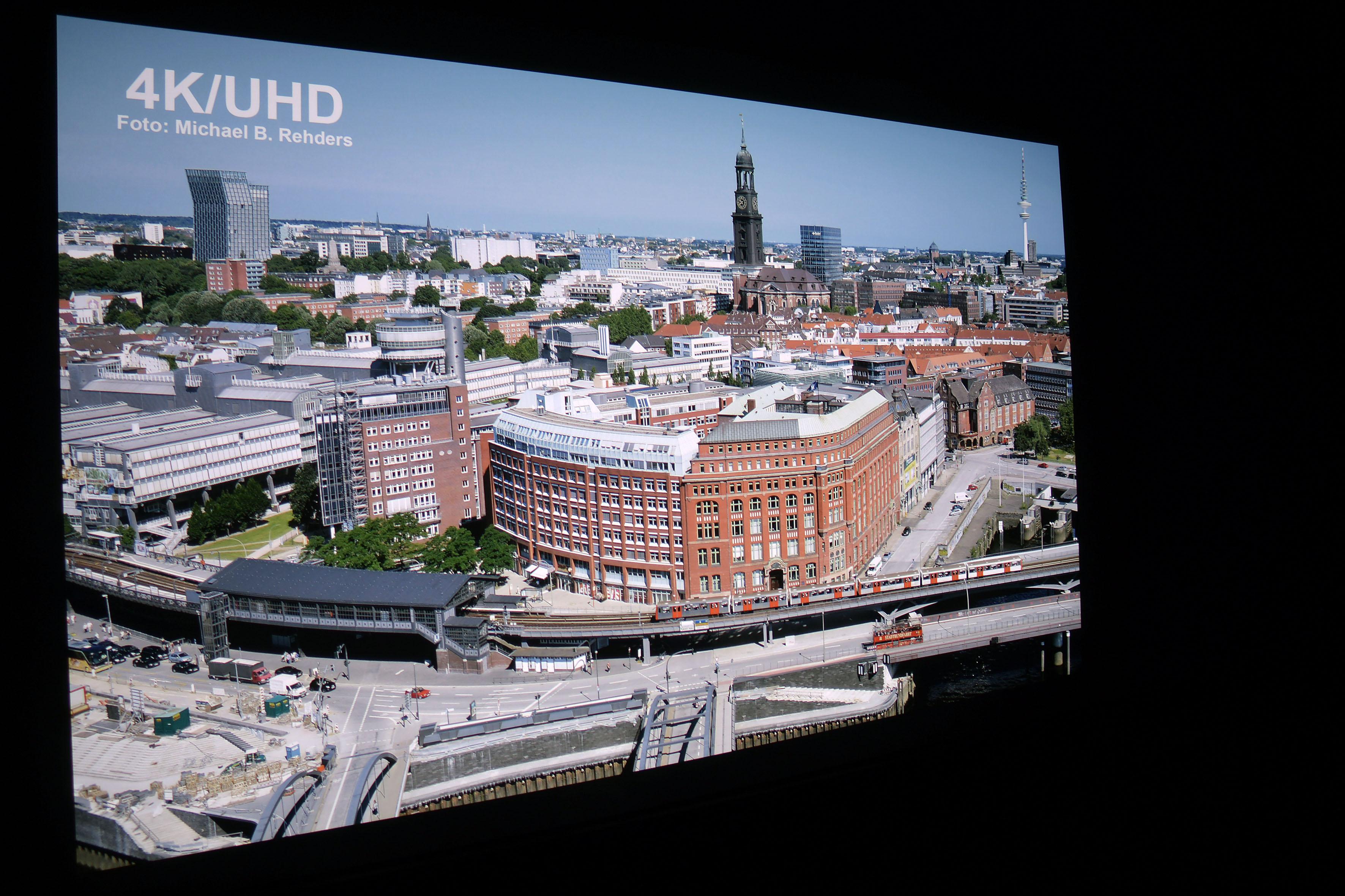 Foto: Michael B. Rehders (Originalaufnahme) Die Skyline von Hamburg habe ich aus der 21. Etage des Hanseatic Trade Centers geschossen. Die Aufnahme bietet zahllose Details, um Projektoren bewerten zu können.