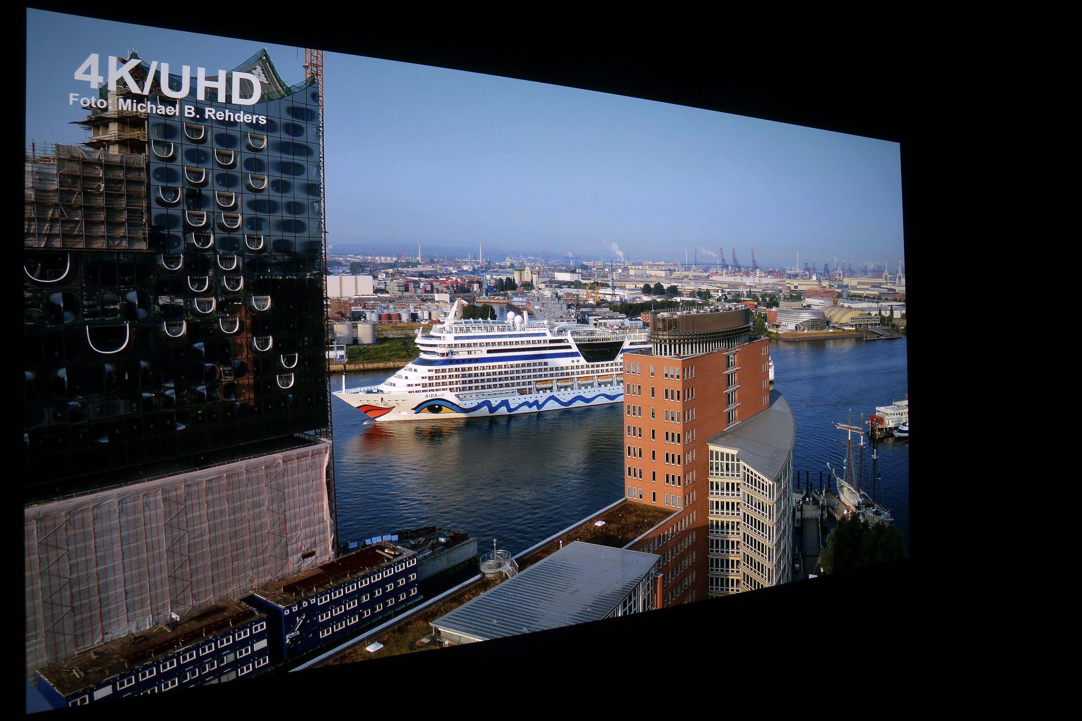 Foto: Michael B. Rehders (Originalaufnahme) 4K/UHD-Aufnahme: Dieses Bildwerk vom Hamburger Hafen liegt in 3840 x 2160 Pixel vor.