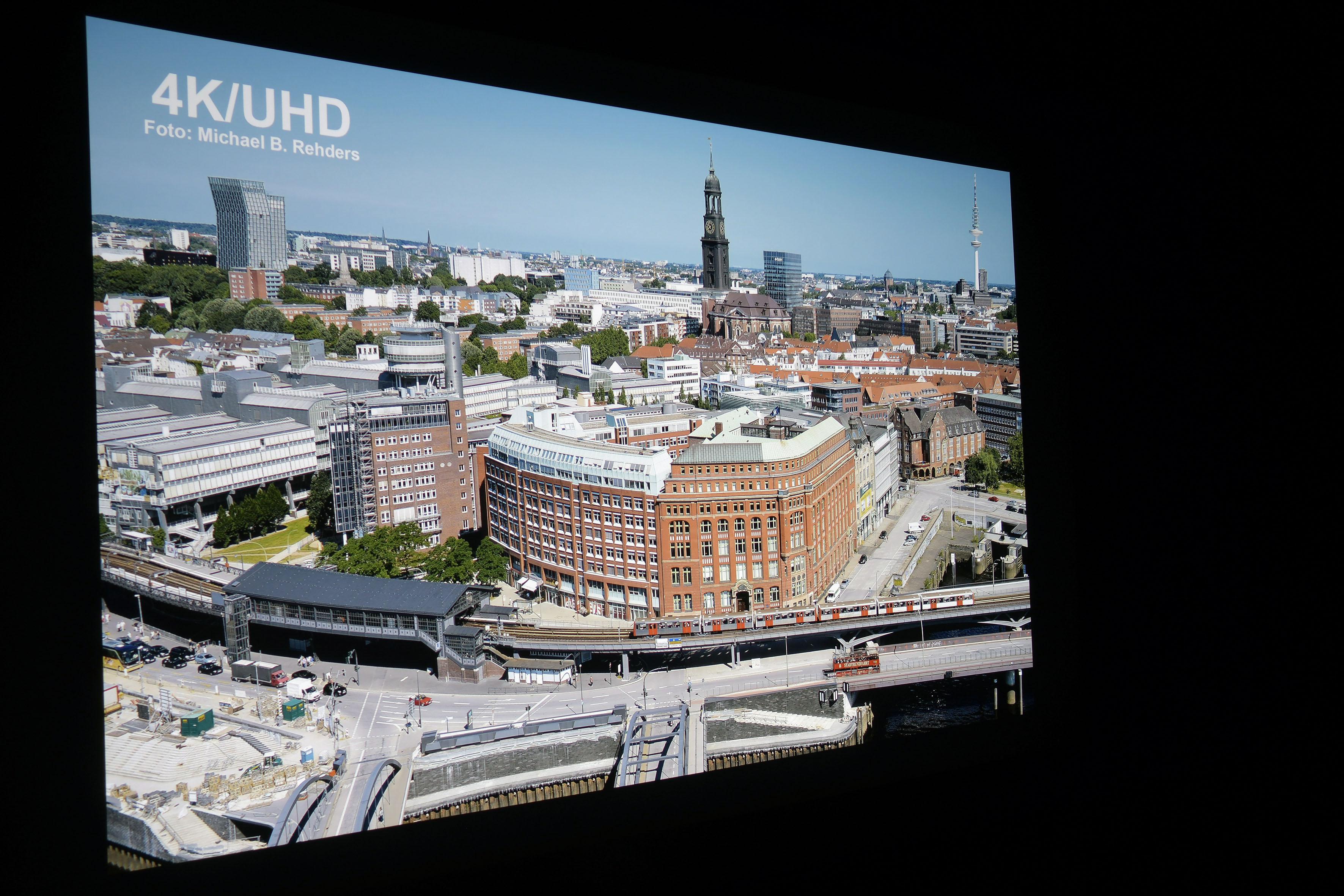 Foto: Michael B. Rehders (Originalaufnahme) Dieses Foto habe ich aus der 21. Etage des Hanseatic Trade Centers in Hamburg geschossen. Es bietet zahllose Details, um Projektoren zu bewerten.
