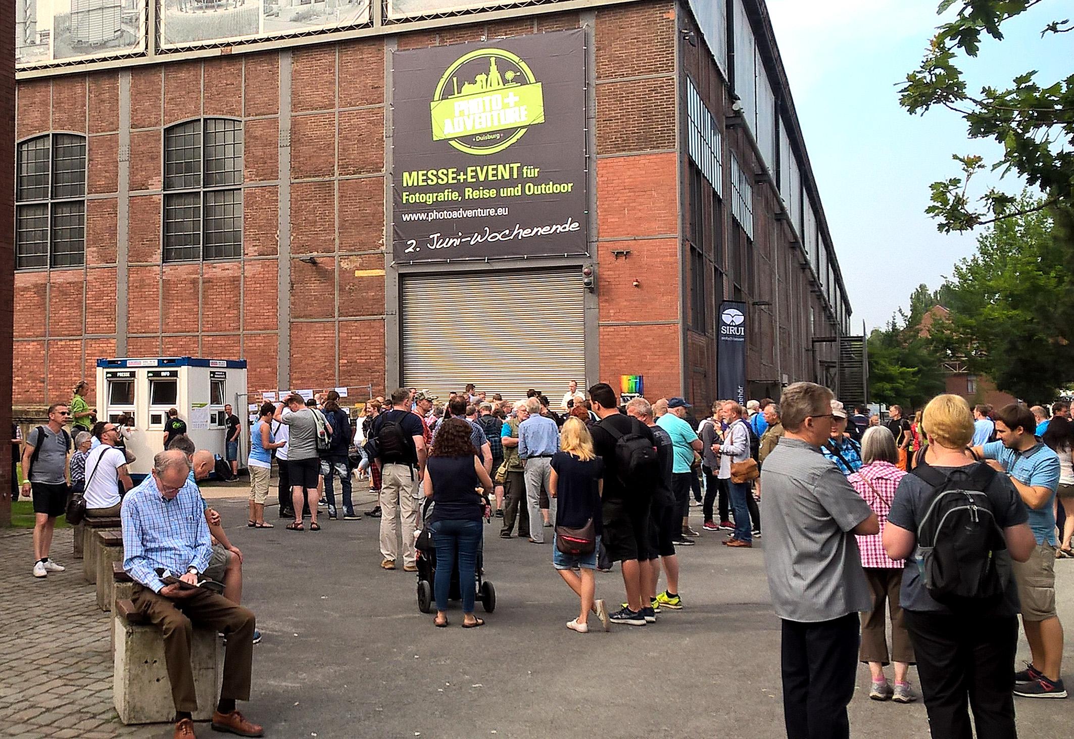 Foto: Michael B. Rehders - Bereits eine halbe Stunde vor Messe-Eröffnung tummelten sich zahlreiche Besucher vor dem Eingangstor