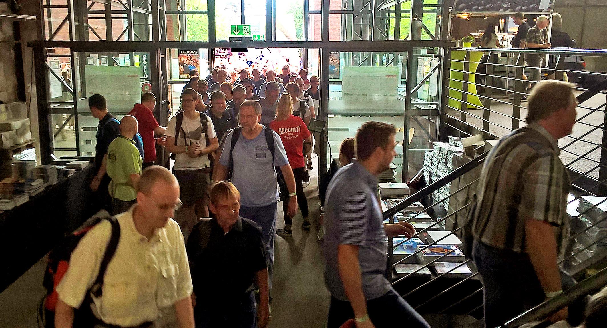 Foto: Michael B. Rehders - Punkt 10.00 Uhr öffnet sich das Tor - und in Scharen strömen die Besucher in die Messehalle.