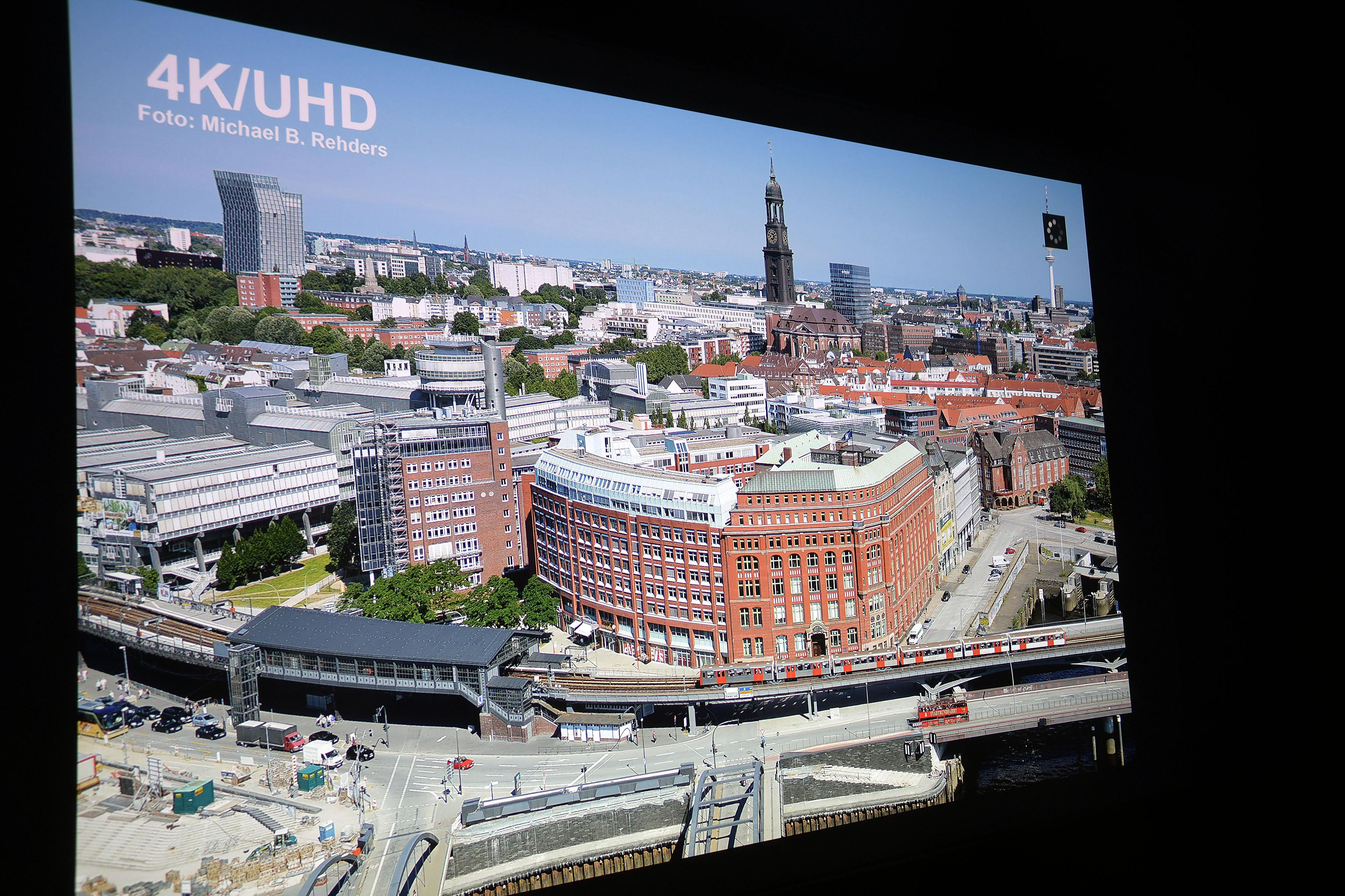 Foto: Michael B. Rehders Diese Panorama-Aufnahme habe ich aus der 21. Etage des Hanseatic Trade Centers geschossen. Es zeigt die Skyline von Hamburg. Die Farben des roten Backsteingebäudes sind originalgetreu. Ebenso gelingt dem UHD300X ein homogener Blauverlauf im Himmel.