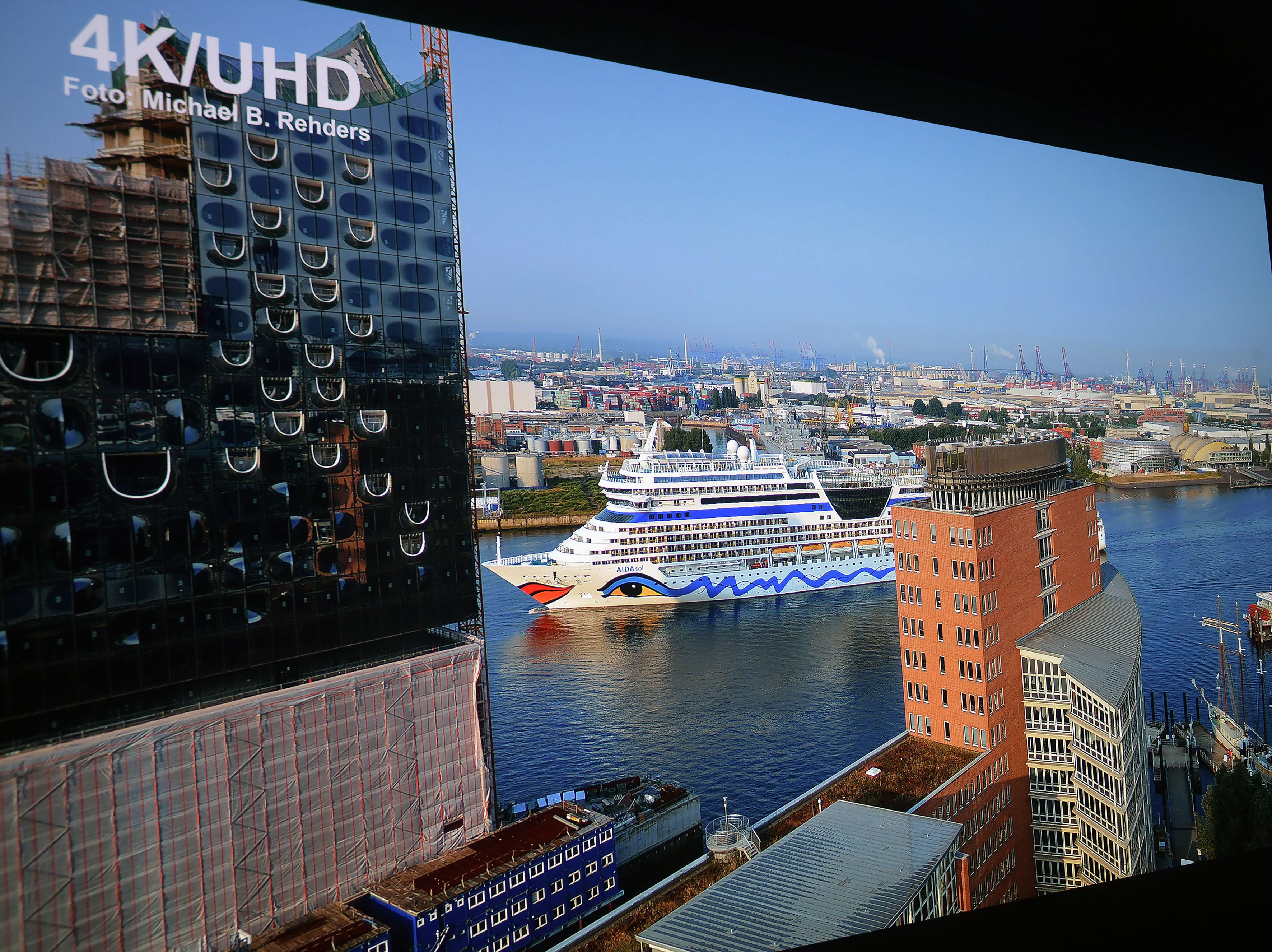 Foto: Michael B. Rehders Die Aufnahme von der AIDA Sol, die vormittags die Elbe hinauf fährt, besticht mit herrlichen Farben. Schauen wir uns die Auflösung mal genauer an.