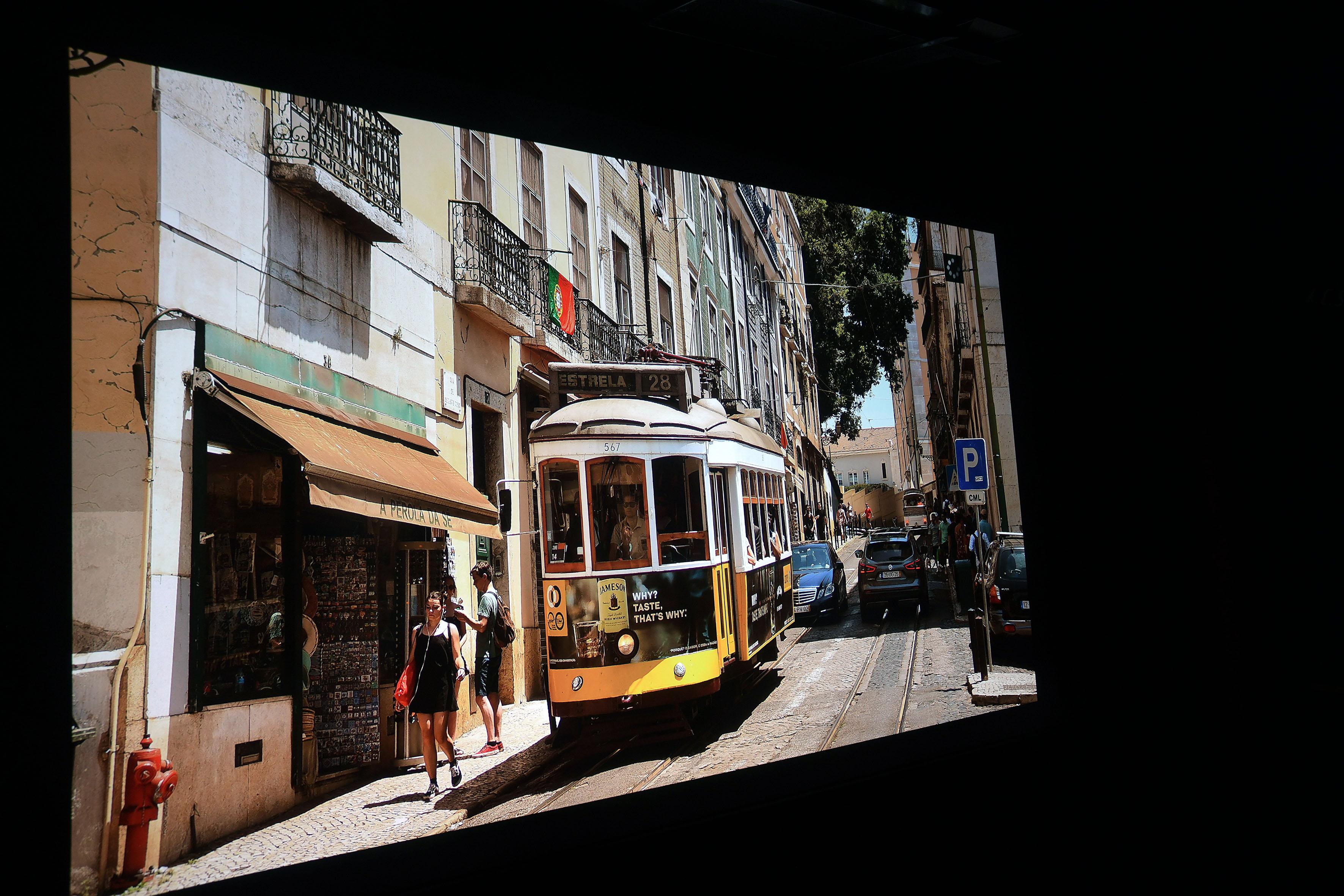 Foto: Michael B. Rehders Tolle Detailfülle. In den malerischen Straßen von Lissabon sind die sommerlichen Temperaturen fast fühlbar für den Betrachter. Der rote Hydrant, die gelbe Straßenbahn und perfekt durchgezeichnete Schatten stellen den Optoma vor keinerlei Herausforderungen. Er macht alles richtig.