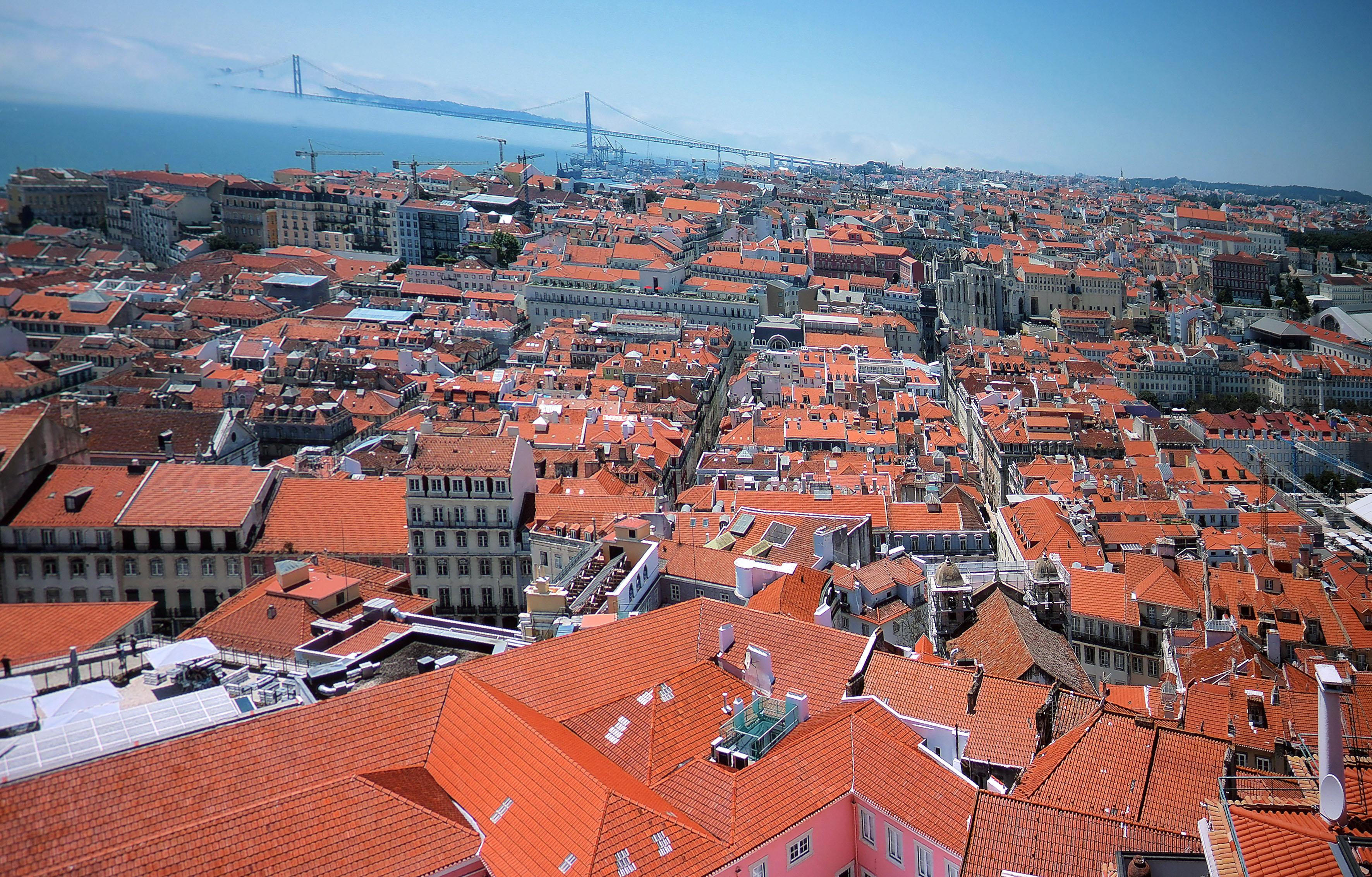 Foto: Michael B. Rehders Bei meiner Erkundung von Lissabon erstreckte sich dieses Schauspiel vor mir. Dichte Wolken hüllen Teile der riesigen Hängebrücke ein. Trotz blauem Himmels. Spektakulär. Darüber hinaus sind einzelne Fenster und selbst Dachziegel klar und deutlich zu sehen. Diese Panoramaaufnahme ist wie geschaffen für den Optoma UHD300X, weil er Farben und Feindetails perfekt projiziert.