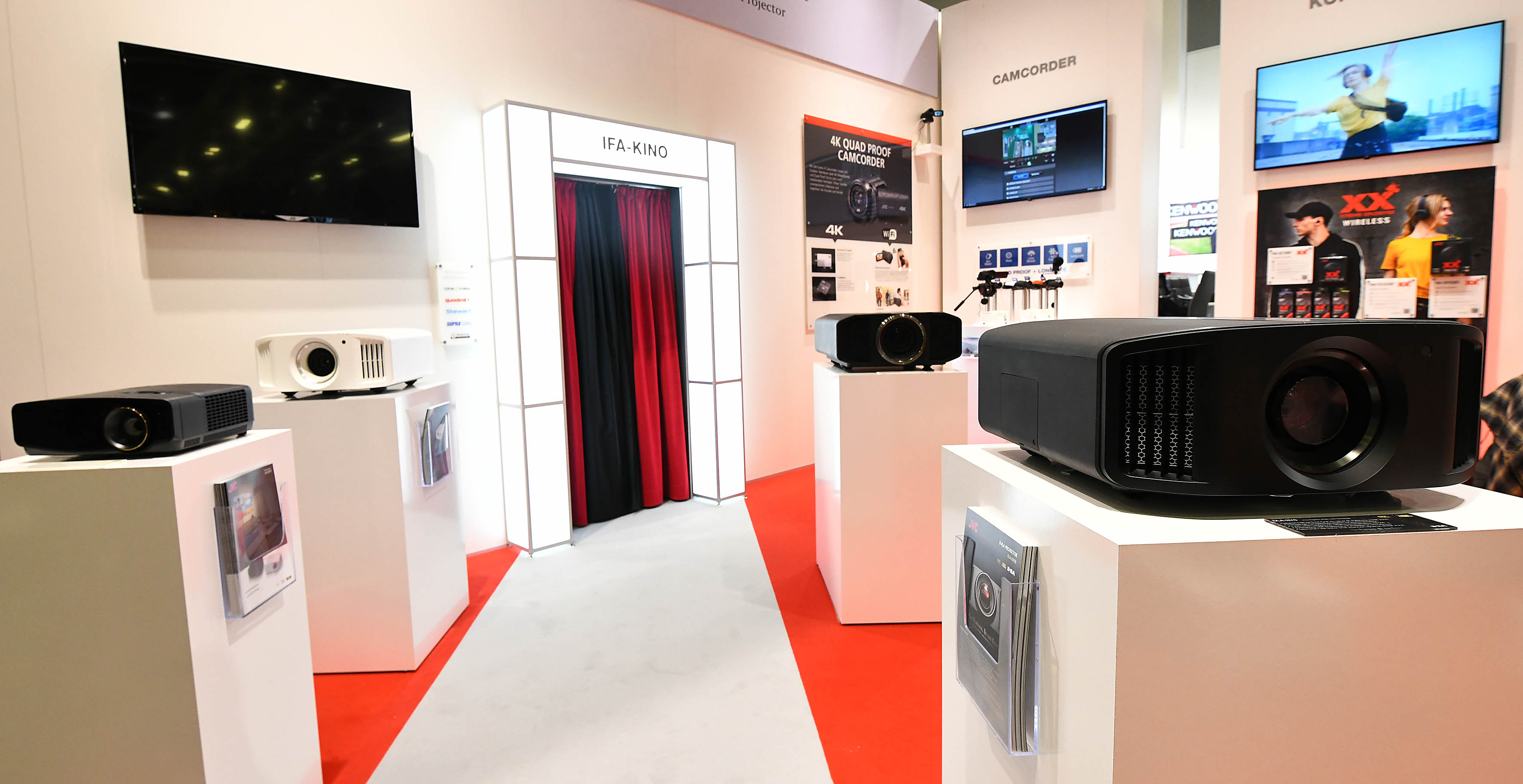 Foto: Michael B. Rehders Weltpremiere: JVC präsentiert seinen neuen 8K-Projektor mit eShift-Technologie.