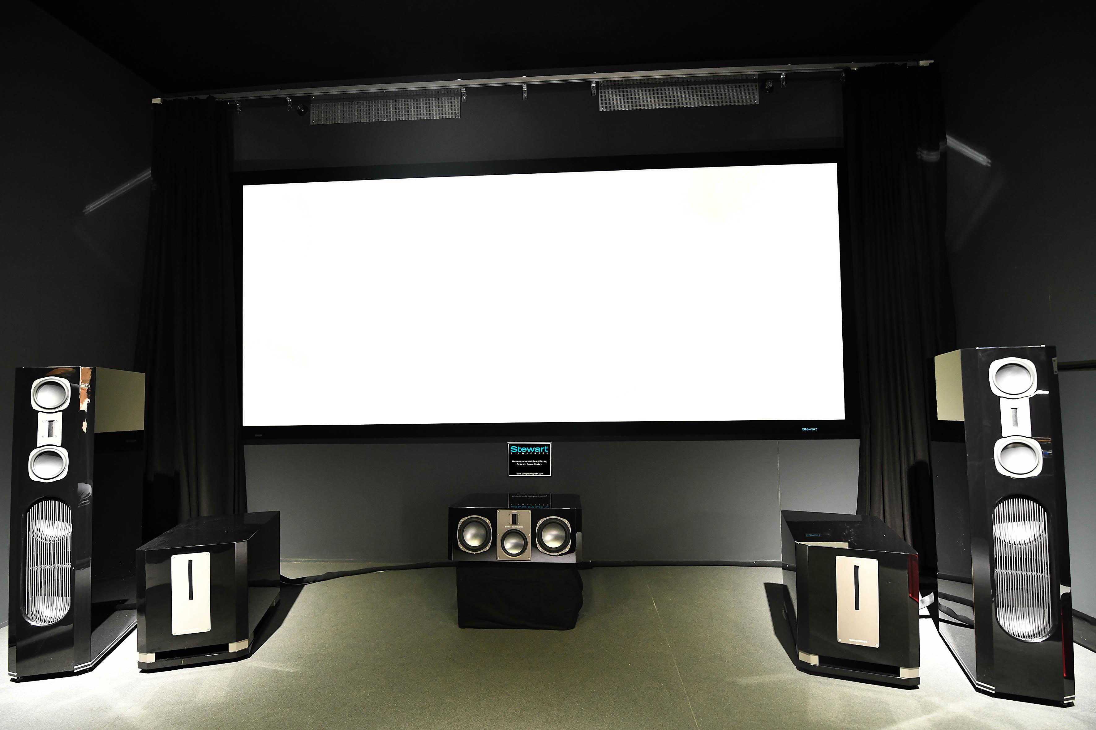 Foto: Michael B. Rehders Rang und Namen: Die 3,80 m breite Leinwand kommt aus dem Hause Stewart und besitzt einen Gainfaktor von 1,3. Die Lautsprecher stellt die Firma Cinemike zur Verfügung, so dass für effektvollen Ton gesorgt ist.