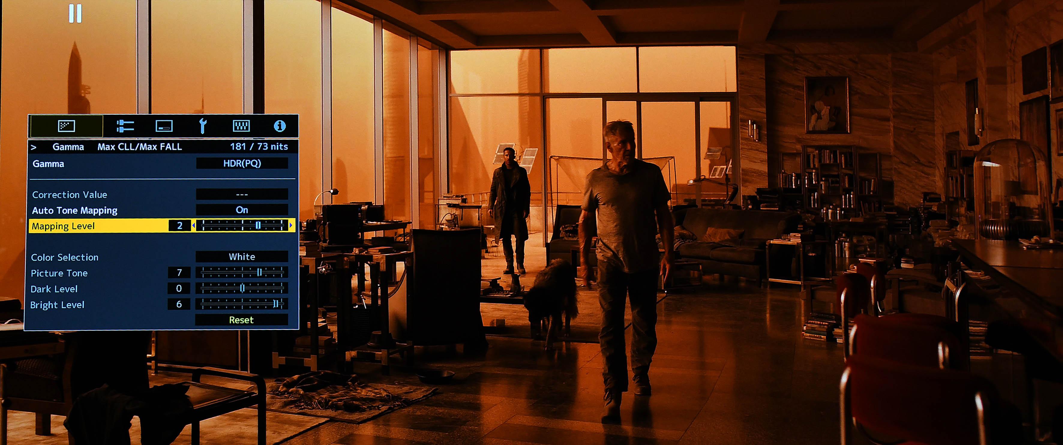 """Im Film """"Blade Runner 2049"""" demonstriert JVC, wie gut die automatische HDR-Darstellung funktioniert. Experten können darüber hinaus eigene Einstellungen vornehmen und sind nicht zwingend auf die Automatik angewiesen. Obendrein bietet JVC mit dem Feature """"Mapping Level"""" eine zusätzliche Anpassungsmöglichkeit für verschiedene Leinwandgrößen. Sehr gut!"""