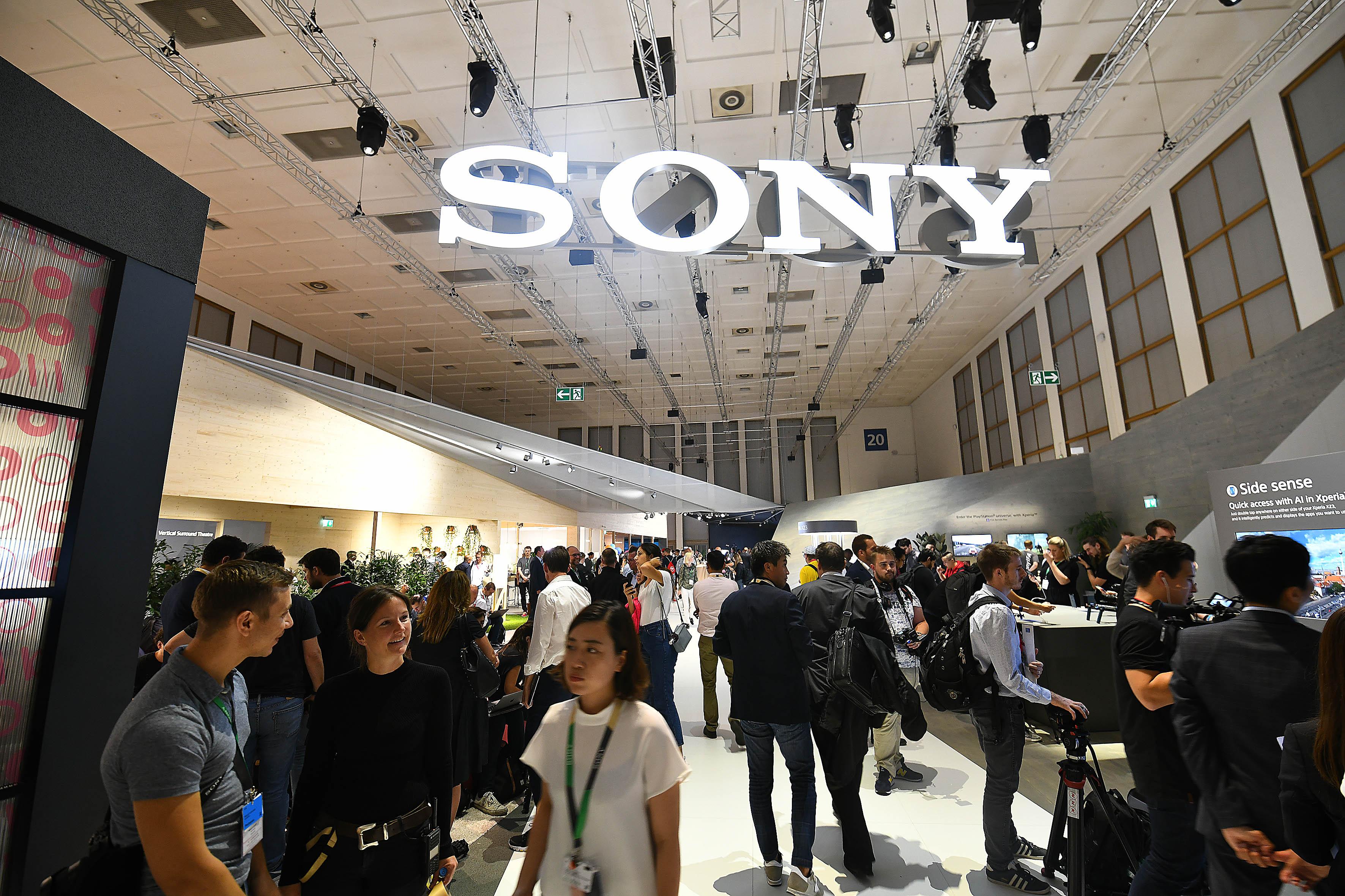 Foto: Michael B. Rehders Nach der Pressekonferenz platzt der Stand von Sony aus allen Nähten. Zugang haben nur Journalisten. Diese können sich nach Herzenslust über Neuheiten informieren und alles ausprobieren, was an technischen Geräten vorgeführt wird.