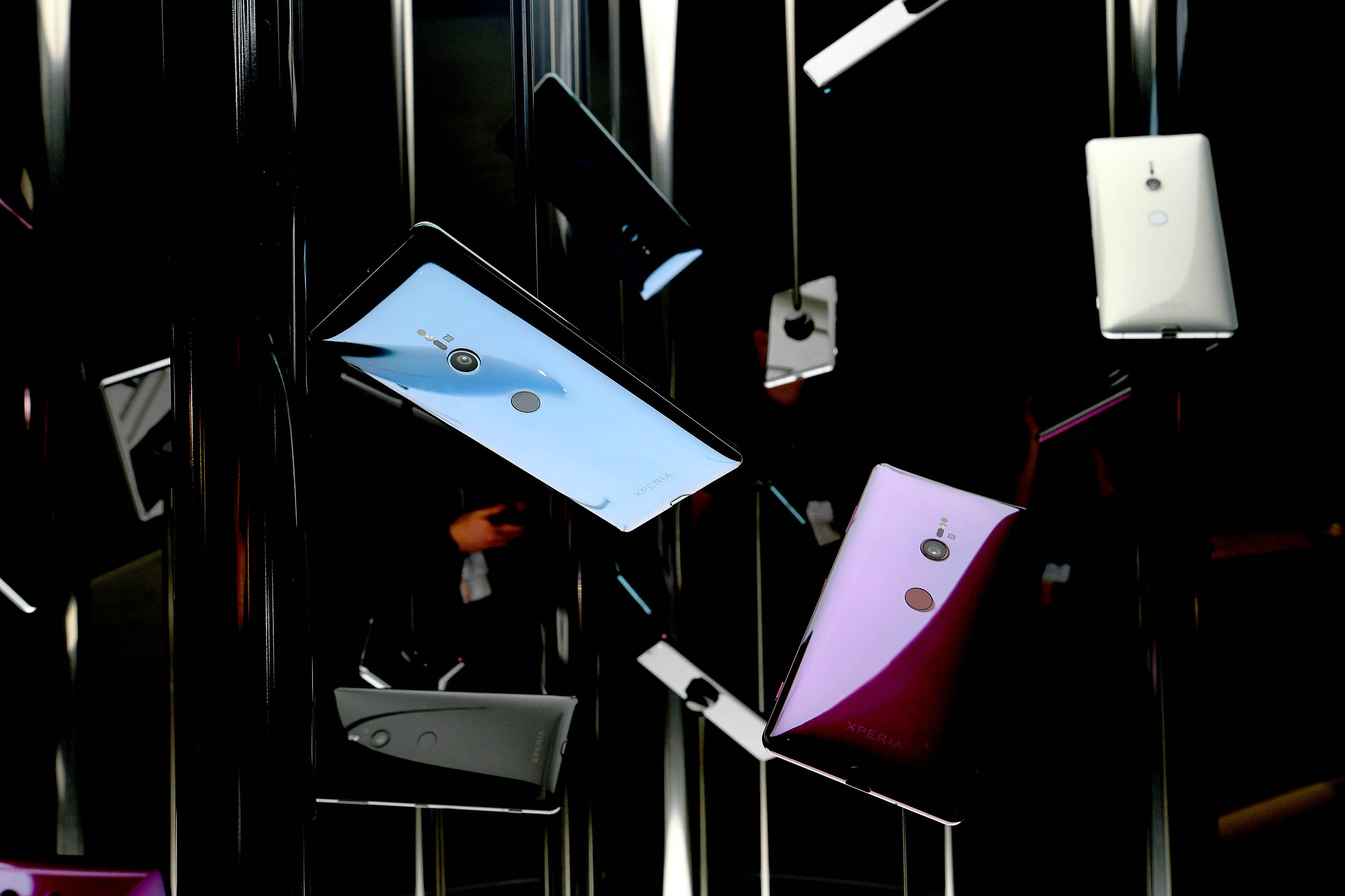 Foto: Michael B. Rehders Die neuesten Smartphones baumeln von der Decke.