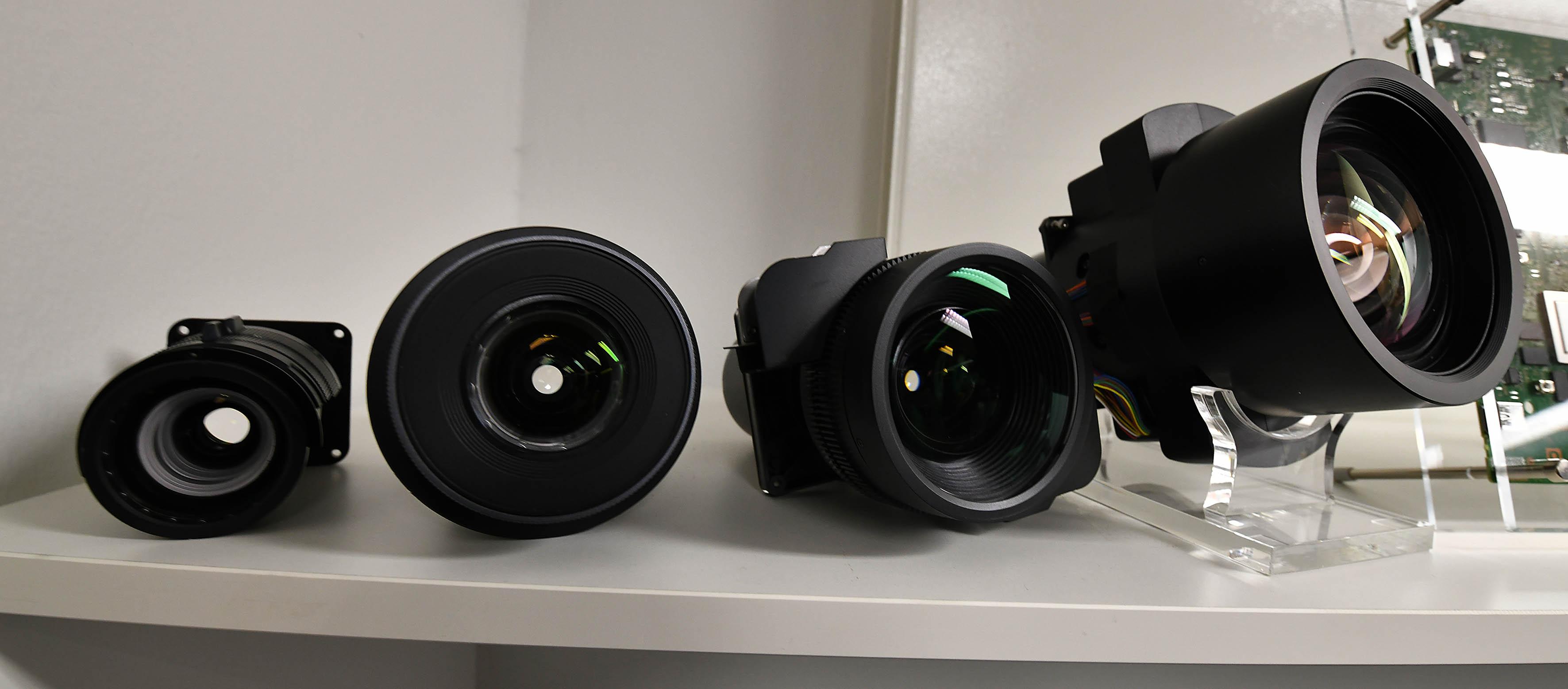 Foto: Michael B. Rehders Ganz rechts befindet sich das riesige Objektiv für den Sony VPL-VW870. Links daneben ist das etwas kleinere Objektiv zu sehen, das in den Modellen VPL-VW270/570 verwendet wird.