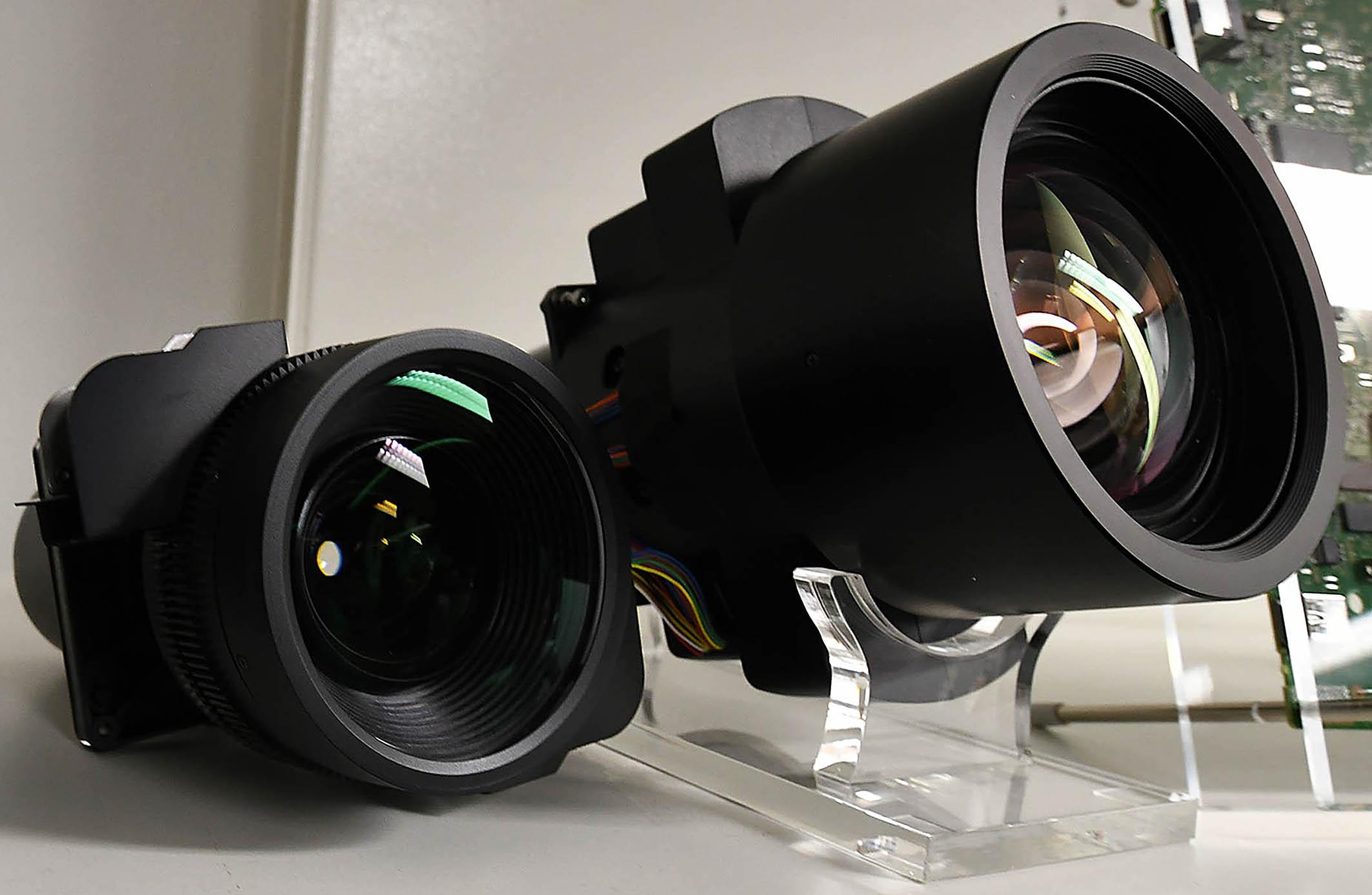Foto: Michael B. Rehders Rechts ist das riesige Objektiv des VPL-VW870, das er vom 65.000,- Euro teuren VPL-VW5000 geerbt hat. Links ist das kleinere Objektiv zu sehen, das in die Modelle VPL-VW270/570/760 verbaut ist.