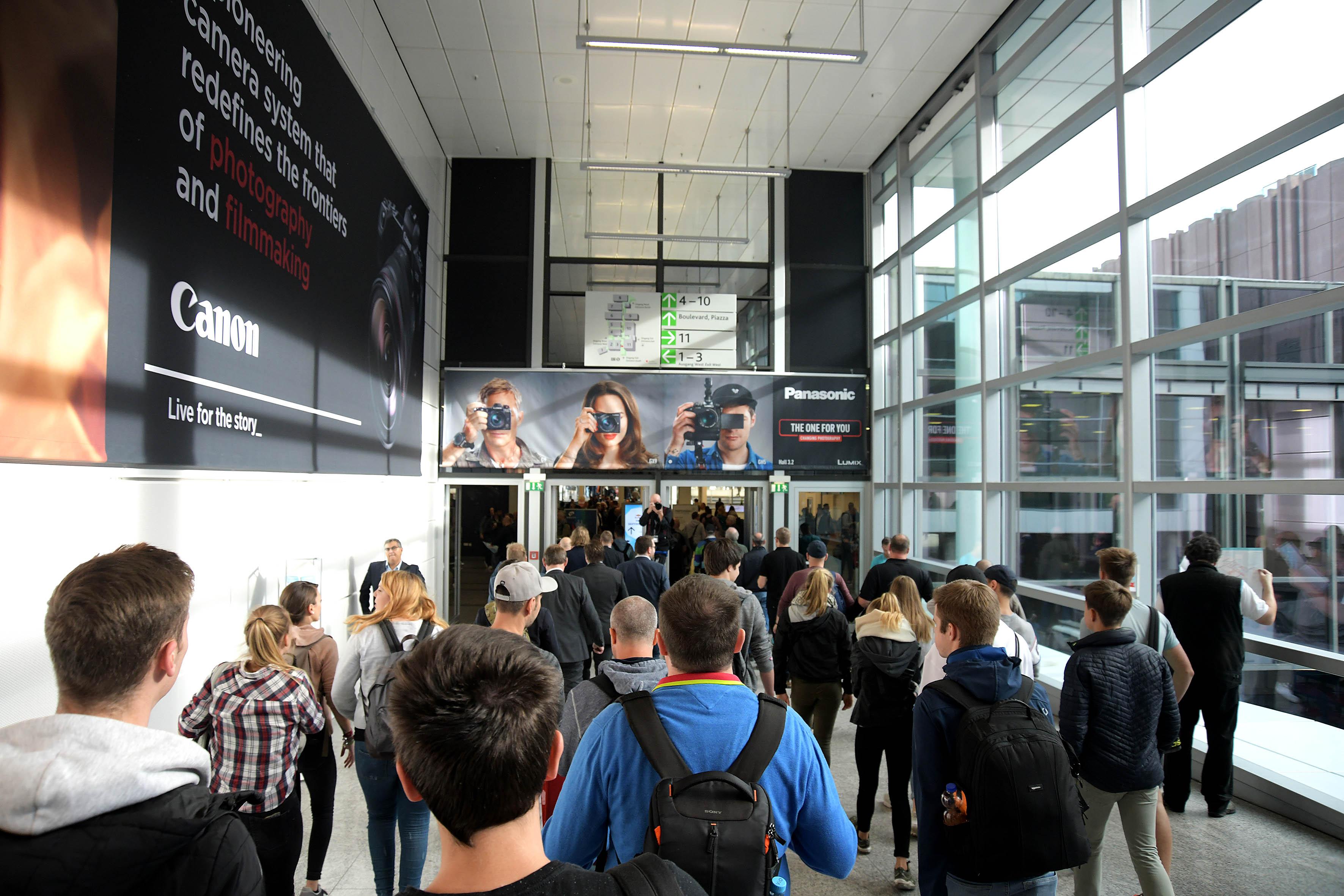 Foto: Michael B. Rehders - Großer Andrang und volle Hallen. Die Photokina zieht fotografiebegeisterte Menschen in Scharen an.