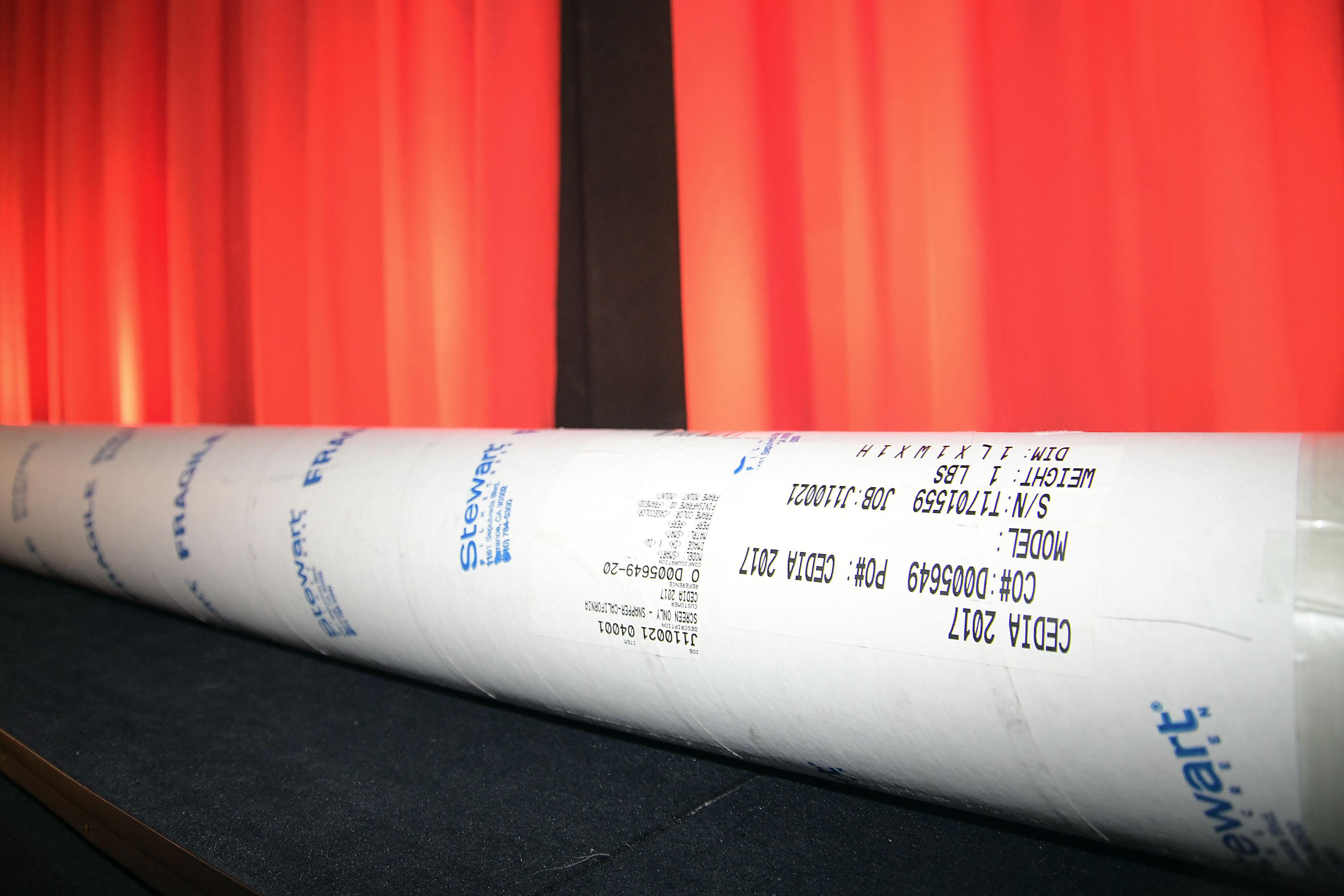 Foto: Michael B. Rehders Die Leinwand wird komplett zerlegt in einer runden Tube geliefert. Darin befinden sich der Rahmen, Montagematerial und das gewünschte Tuch.