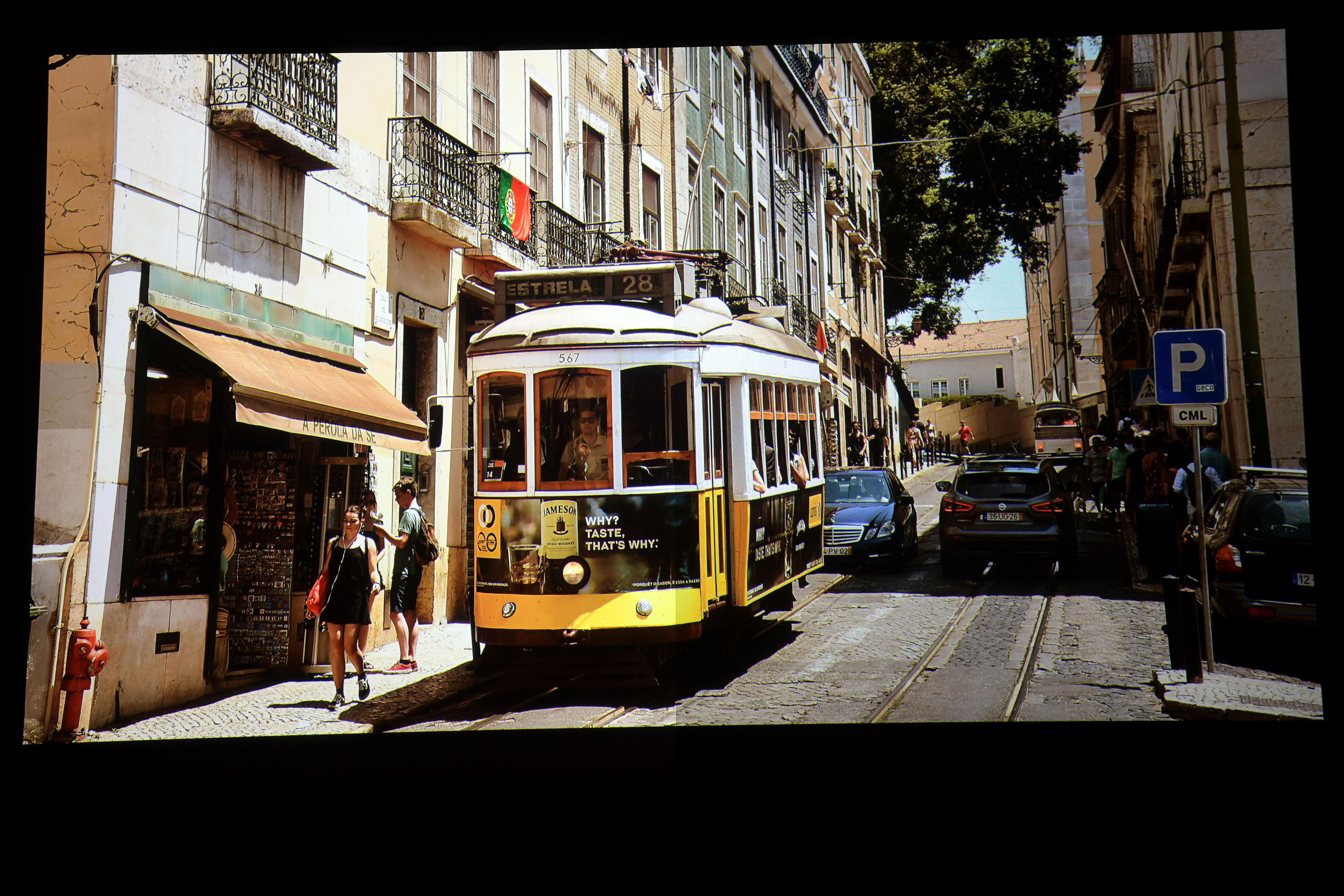 Foto: Michael B. Rehders Heimkino: Stewart StudioTek 100 (links) / Stewart Phantom HALR (rechts) Meine Aufnahme aus Lissabon mit den malerischen Straßen zeigt, wie sich helle Szenen auf beiden Leinwänden schlagen. Auch hier gibt es kaum einen Unterschied zwischen den Abbildungen. Auf der StudioTek 100 erscheinen die Inhalte etwas heller, auf der Phantom HALR mit einem Hauch von Grießeln.