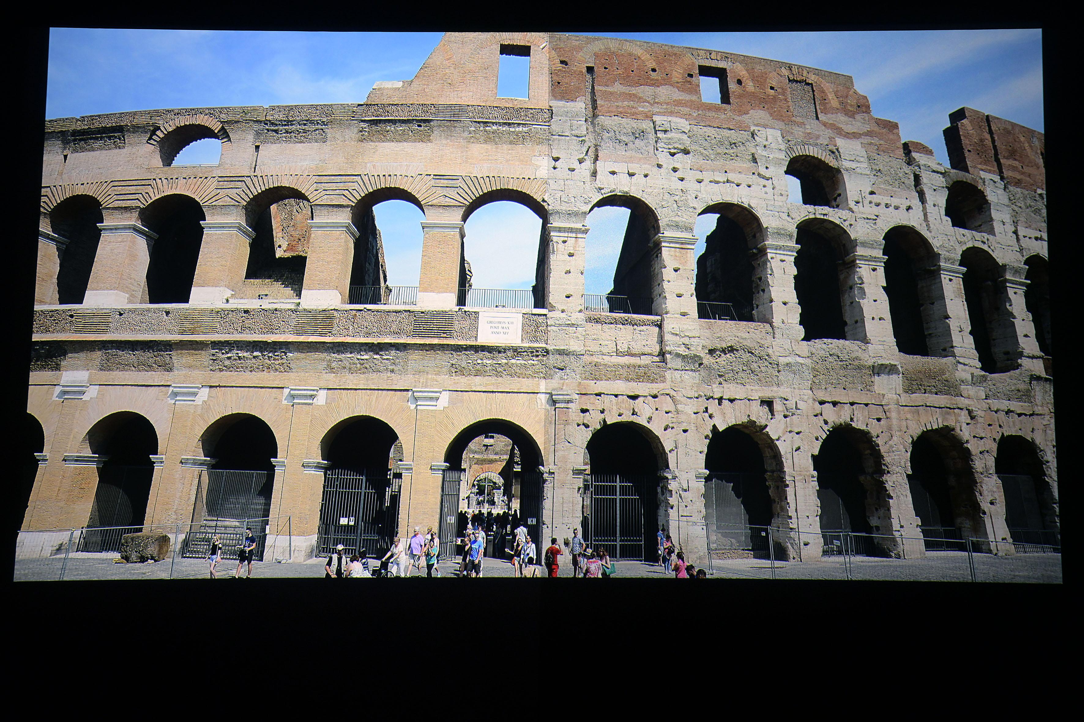 Foto: Michael B. Rehders Heimkino: Stewart StudioTek 100 (links) / Stewart Phantom HALR (rechts) Das Kolosseum in Rom erstrahlt zur Mittagszeit in voller Pracht. Touristen befinden sich innen und außen davor. Die Farben sehen auf beiden Leinwänden identisch aus. Der Helligkeitsunterschied ist relativ gering vom Sitzplatz aus. Auffällig ist nun wieder ein leichtes Grießeln auf der Phantom HALR, welches die StudioTek100 nicht zeigt.