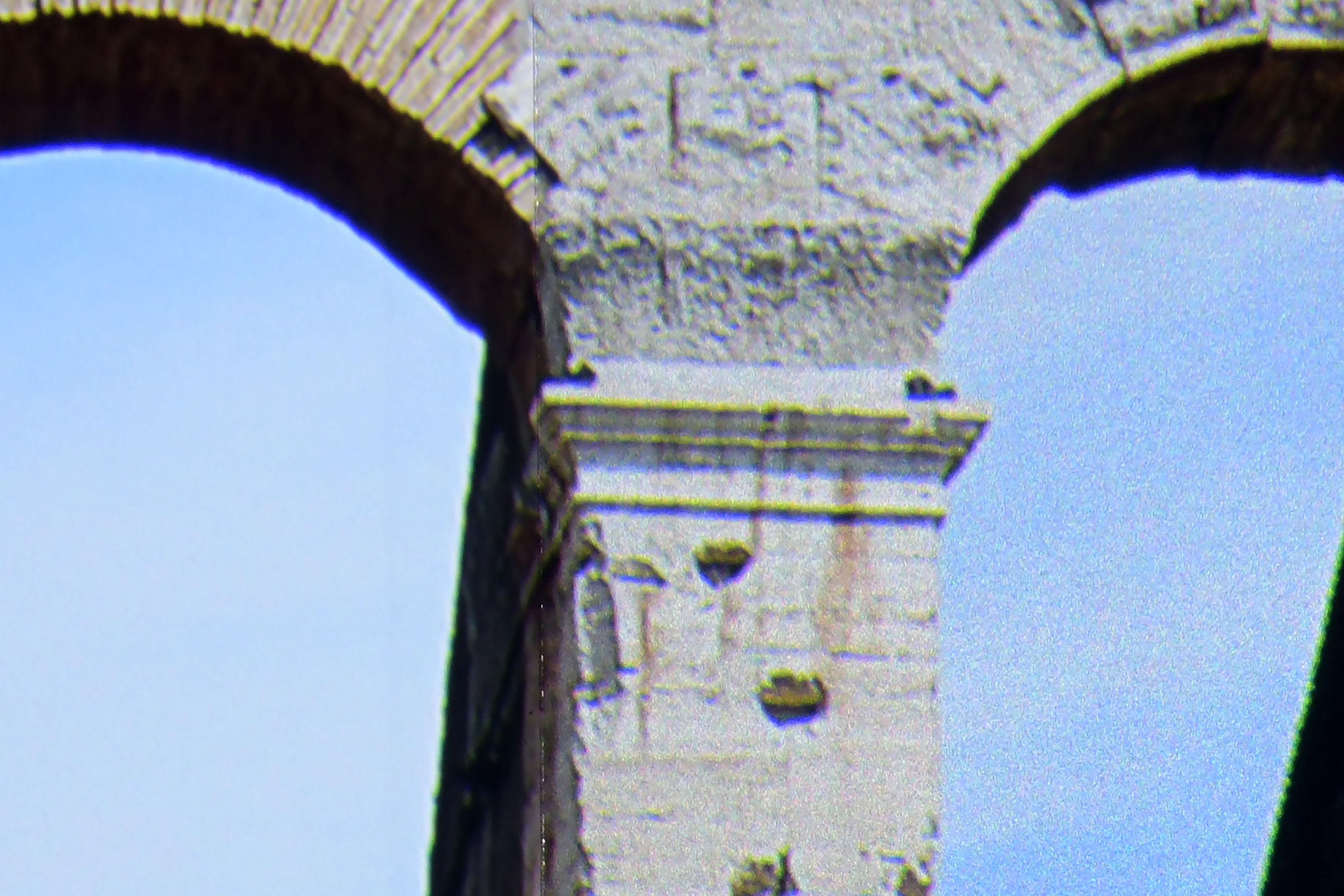 Foto: Michael B. Rehders Heimkino: Stewart StudioTek 100 (links) / Stewart Phantom HALR (rechts) Der Ausschnitt offenbart es jetzt ganz deutlich auf. Während auf der StudioTek 100 der Himmel hinter dem linken Torbogen perfekt abgebildet ist, überlagert die Phantom HALR den Himmel mit einem leichten Grießeln/Glitzern, das entfernt an die alten Dia-Perlleinwände erinnert.