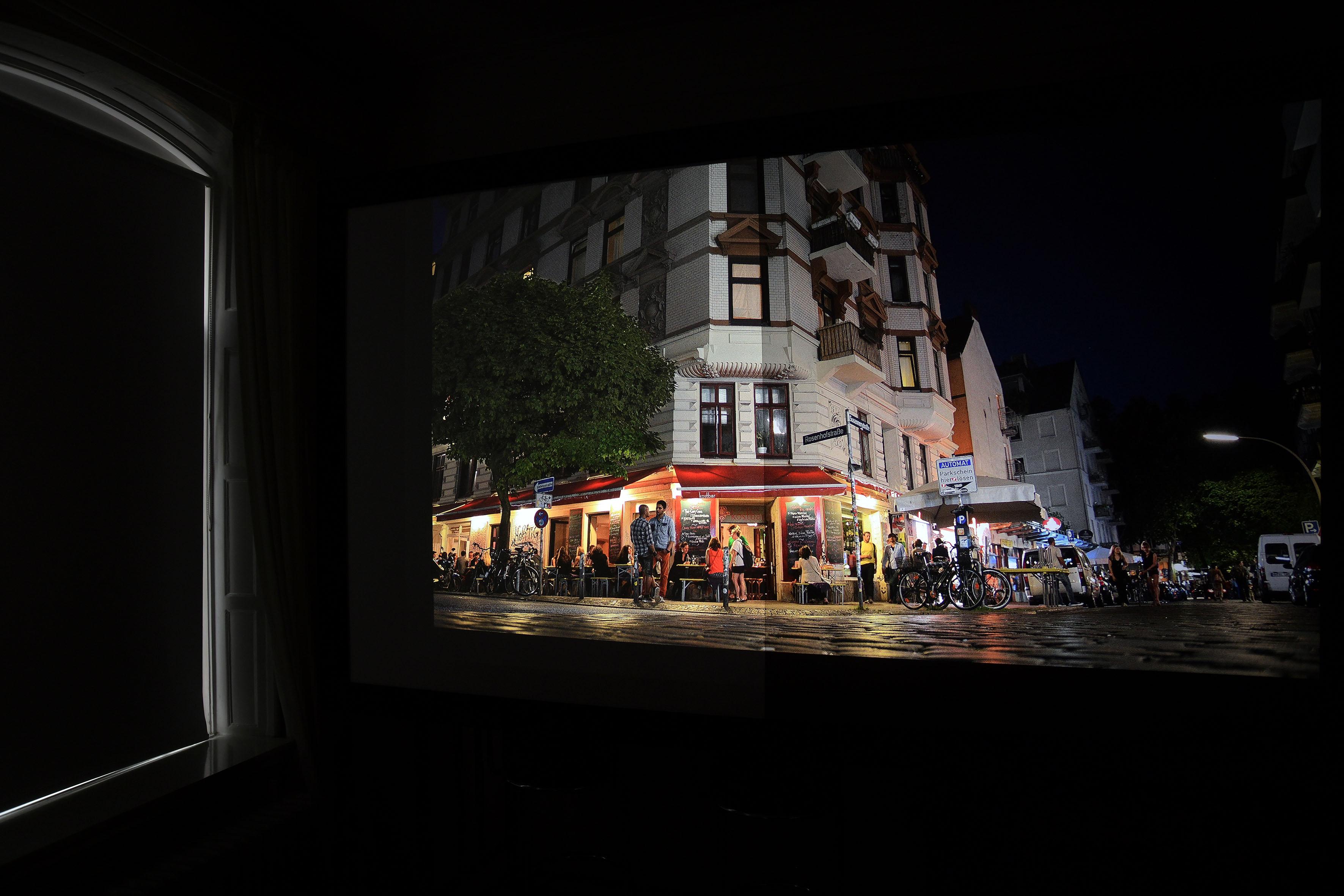 Foto: Michael B. Rehders Wohnzimmer: Stewart StudioTek 100 (links) / Stewart Phantom HALR (rechts) Wird das Fenster mit einem lichtdichten Rollo geschlossen, so dass kein Tageslicht in den Raum einfällt, ändert sich der Bildeindruck schlagartig.