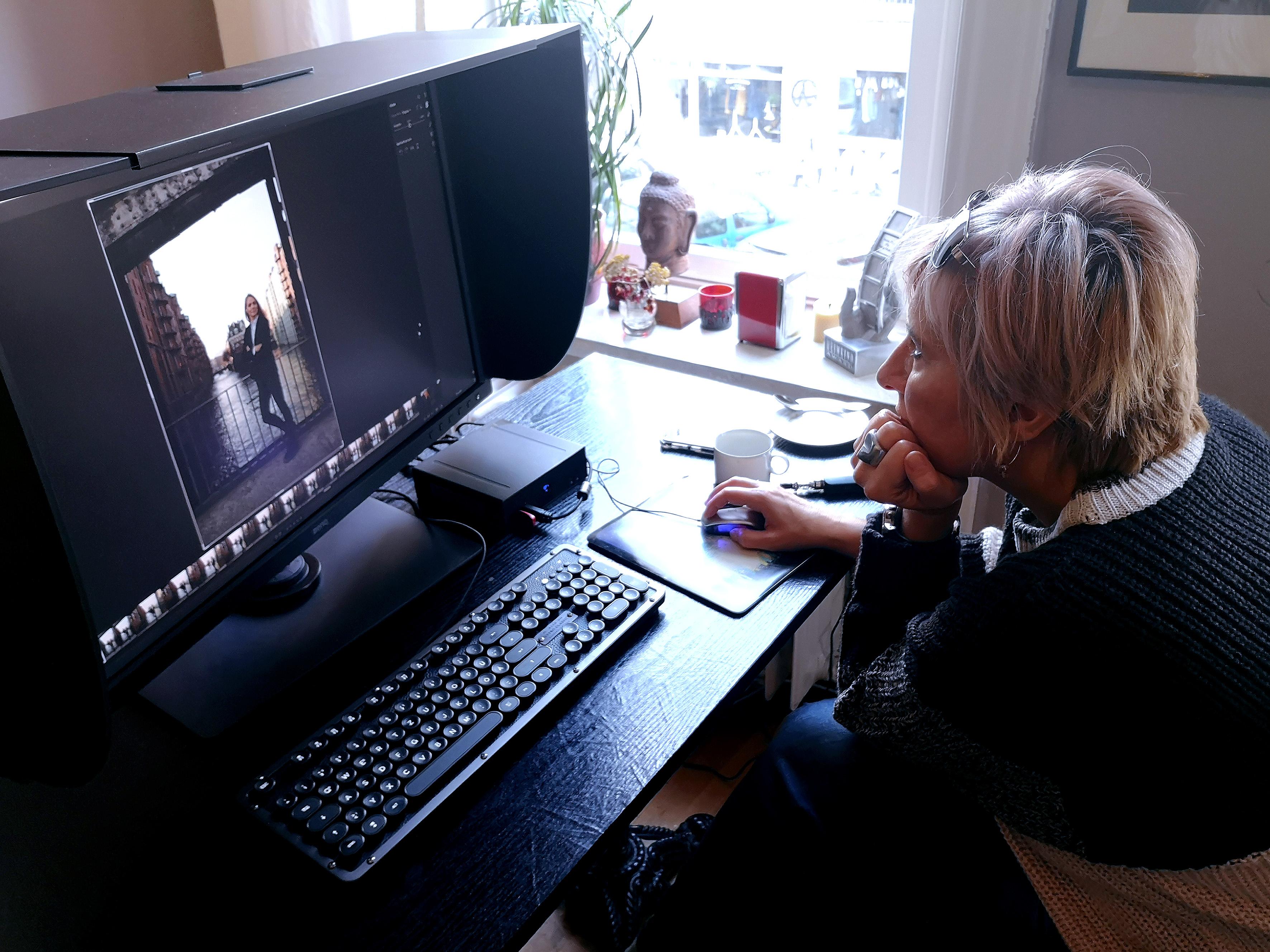 """Foto: Michael B. Rehders - Bianca bearbeitet ihre Bildwerke auf einem BenQ SW320. Die stylische Tastatur """"Retro Classic"""" von AZIO entdeckte ich kurz zuvor auf einer meiner Fotoreisen."""