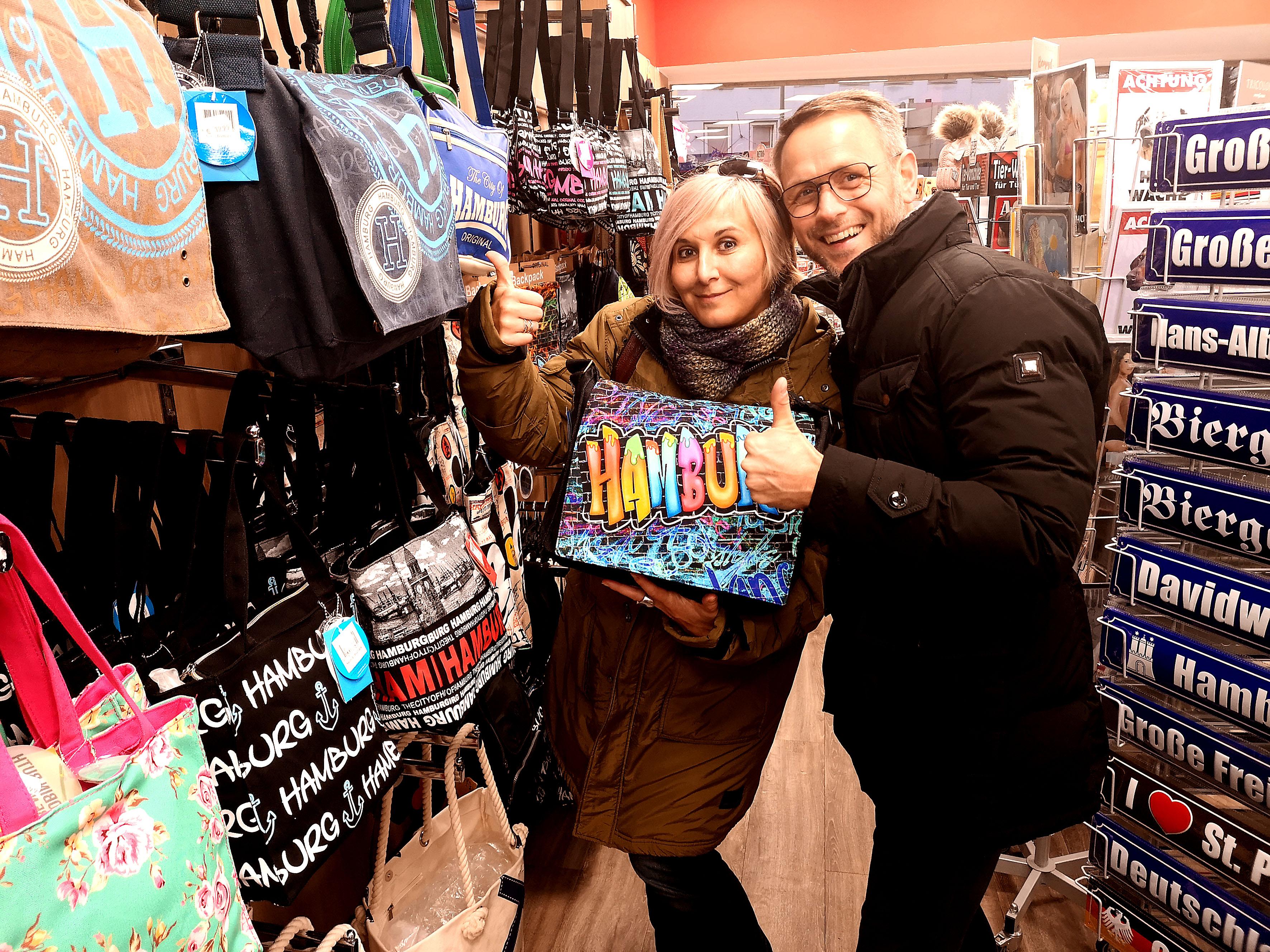 Foto: Michael B. Rehders - Auf der Reeperbahn nachts um halb Eins endeckte Bianca diese bunte Tasche. Guido von BenQ schenkte sie der Gewinnerin.