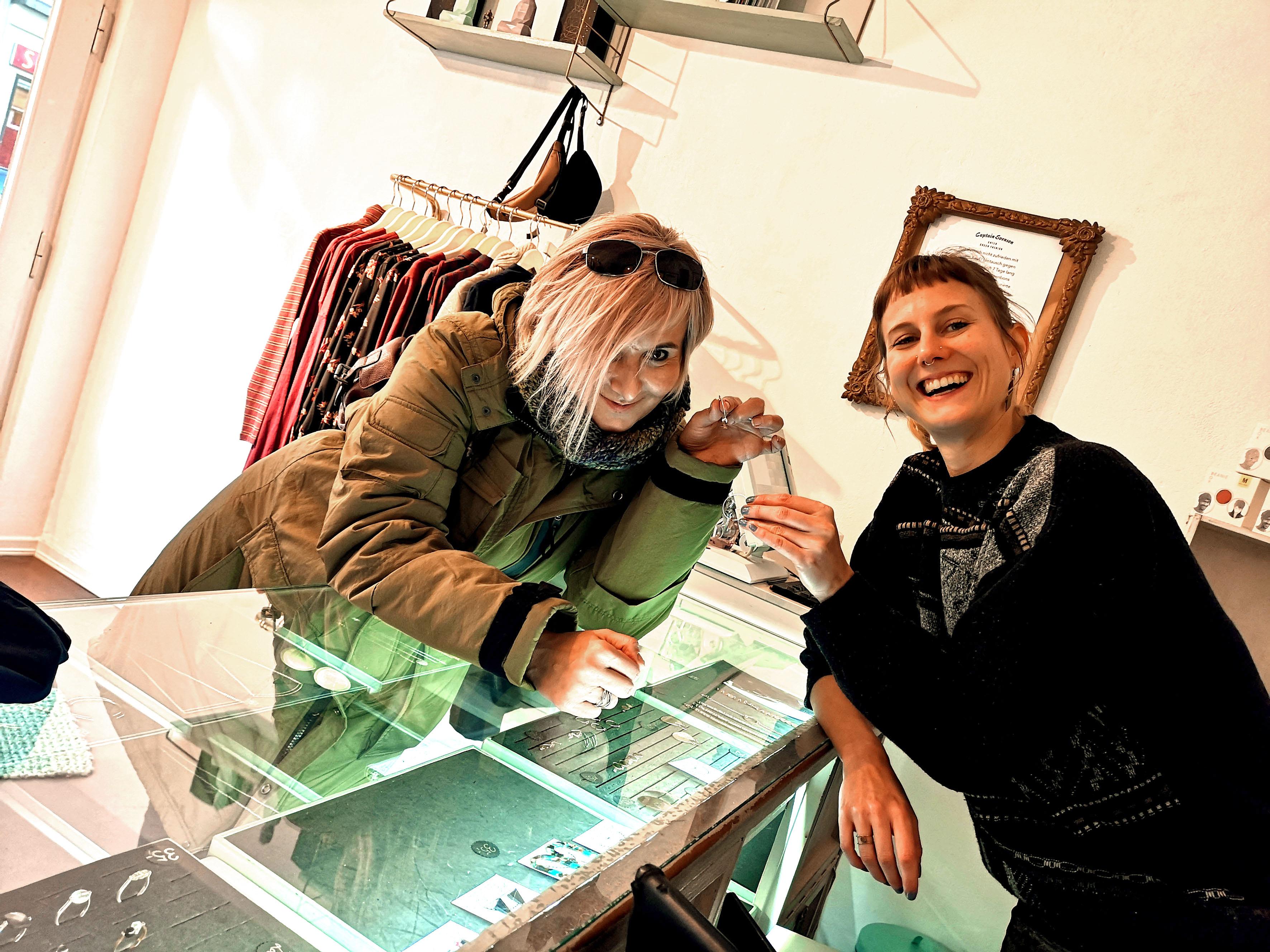 Foto: Michael B. Rehders - Während der Kleiderauswahl fürs Photoshooting entdeckte Bianca ein paar schöne Schmuckstücke. Hier posiert sie zusammen mit Svenja von Captain Svenson.