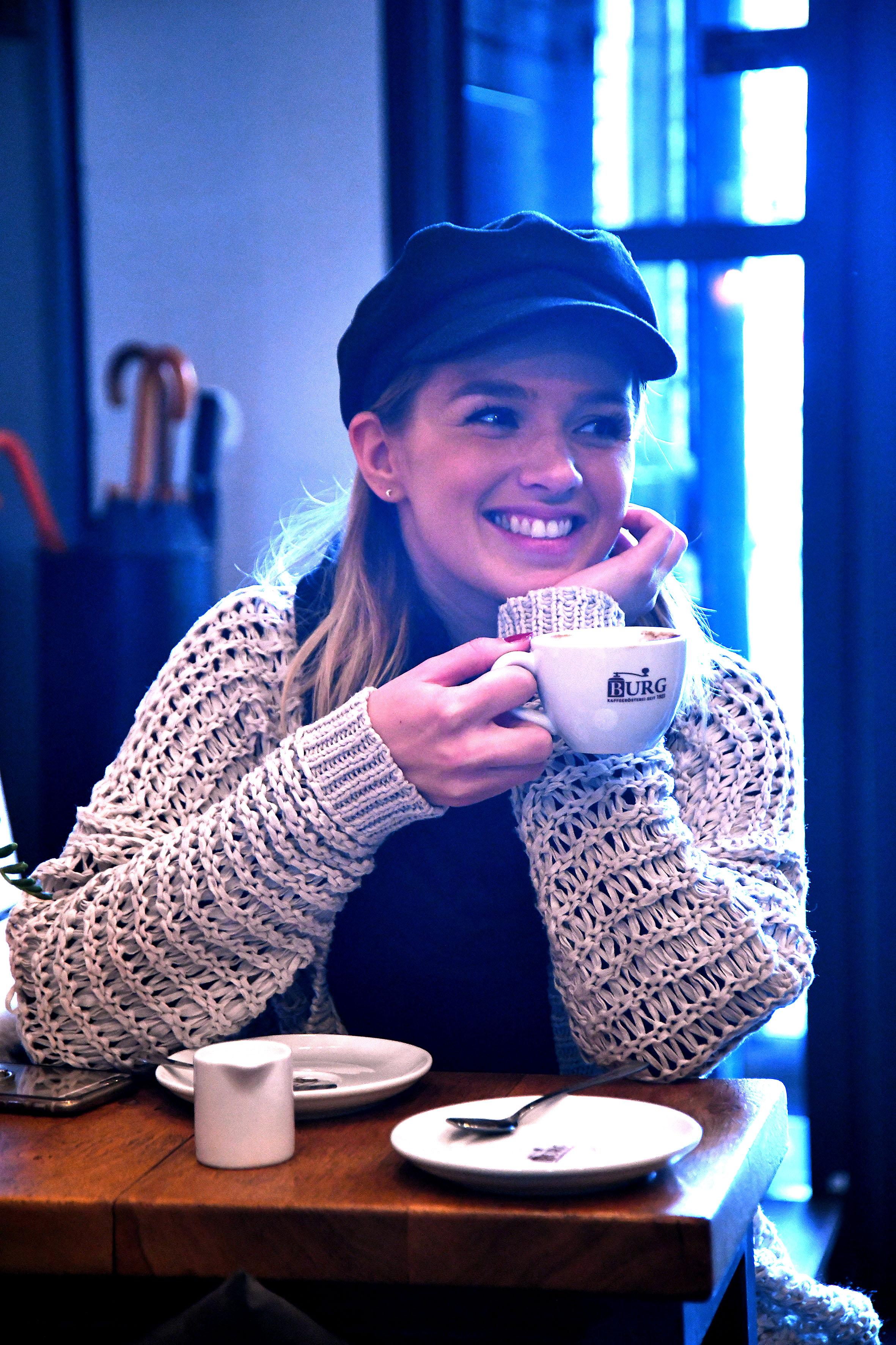 Foto: Michael B. Rehders - Hat sich eine Kaffeepause verdient. Visagistin Christina von der Agentur Optix.