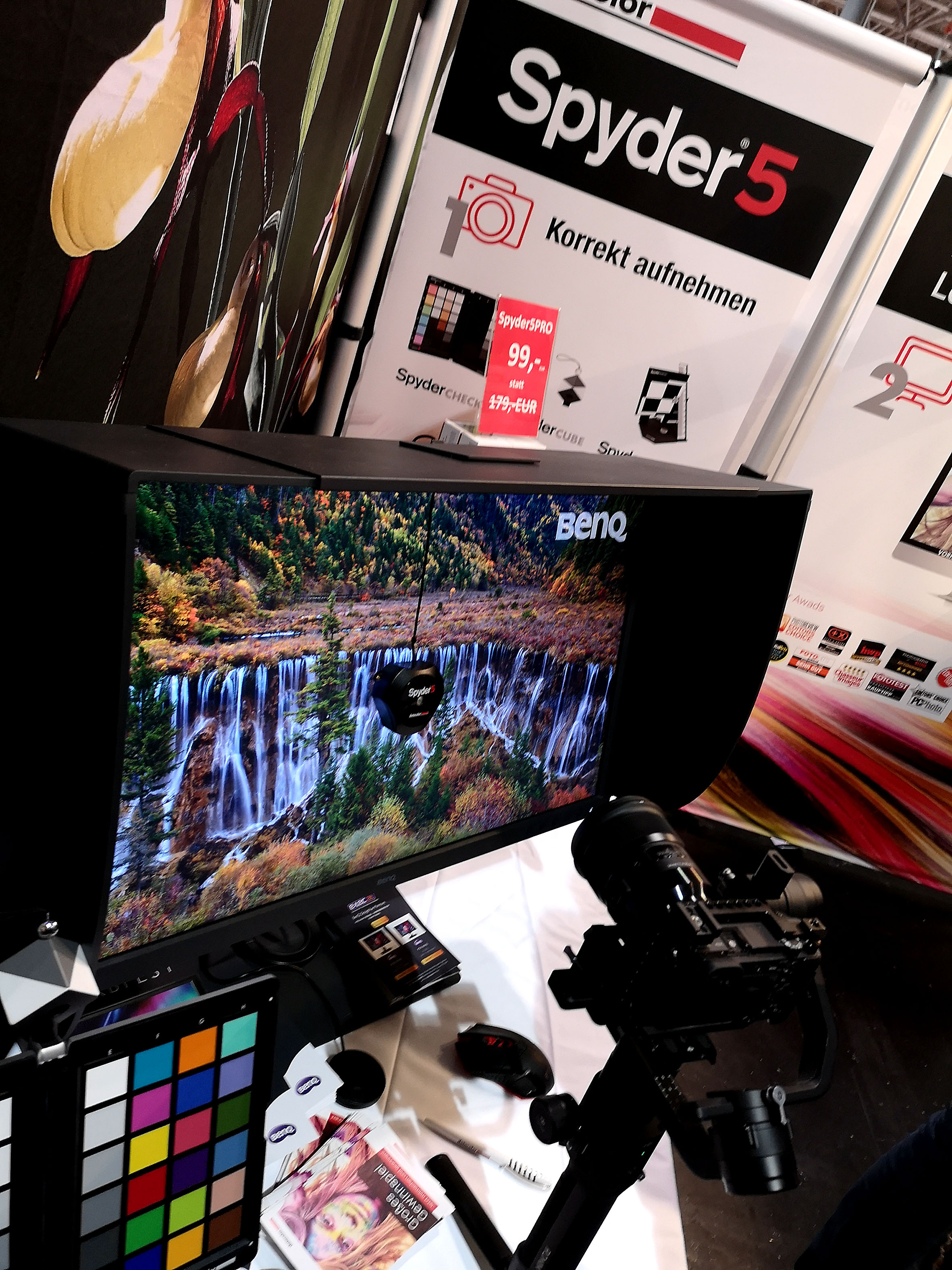 Foto: Michael B. Rehders - Datacolor haute einen richtigen Messepreis raus. Den Spyder 5 Pro gab es zum Schnapperpreis von 99,- Euro. Darüber hinaus wurden Messungen auf einem BenQ W320 durchgeführt.