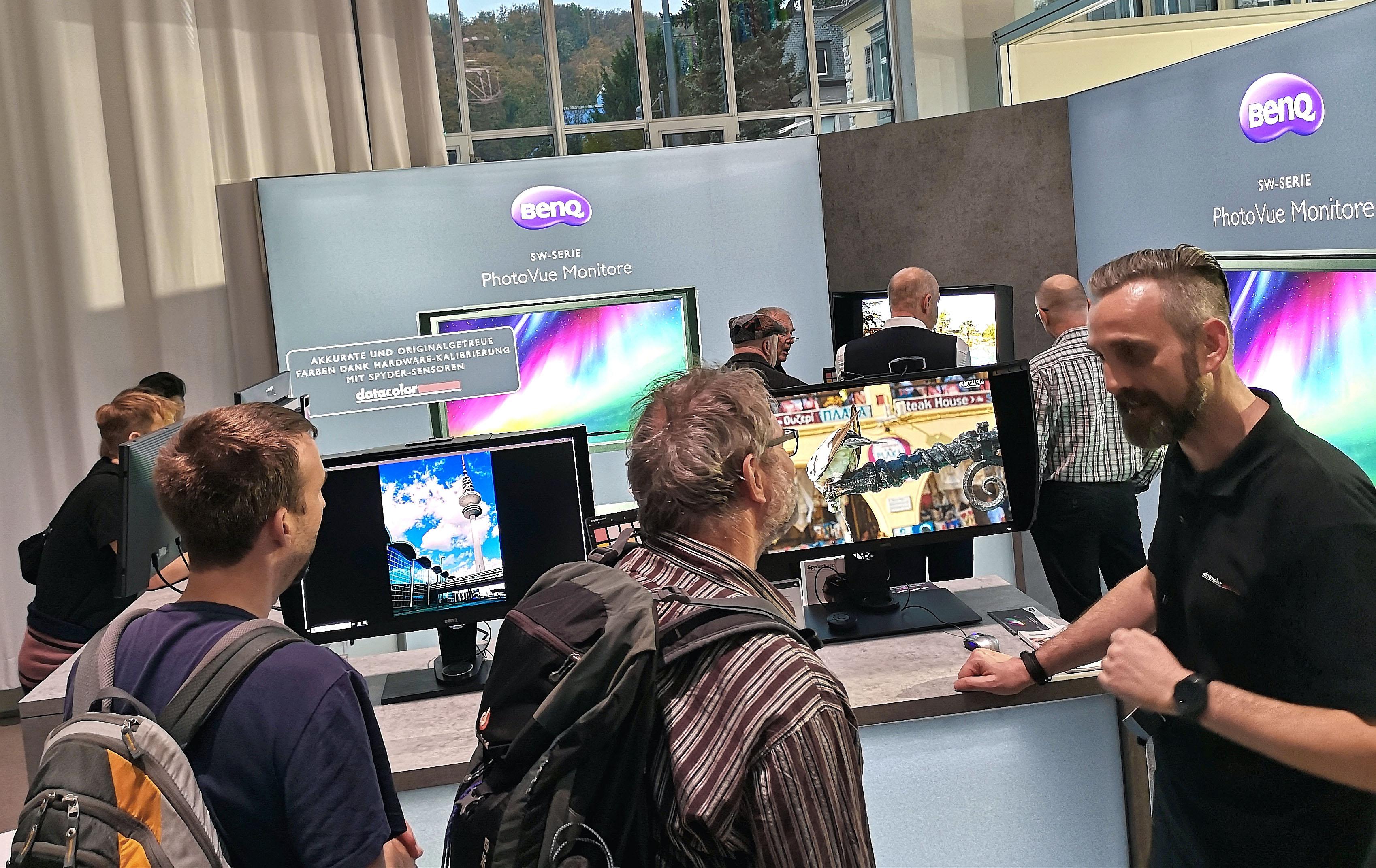 Foto: Michael B. Rehders - Auf dem BenQ-Stand konnten die Besucher selbständig einen Monitor kalibrieren. Darüber hinaus standen die freundlichen Mitarbeiter mit Rat und Tat zur Verfügung. Es konnte die komplette BenQ Photo-Vue-Serie in Augenschein genommen und die Spyder-Sensoren von Datacolor ausprobiert werden.