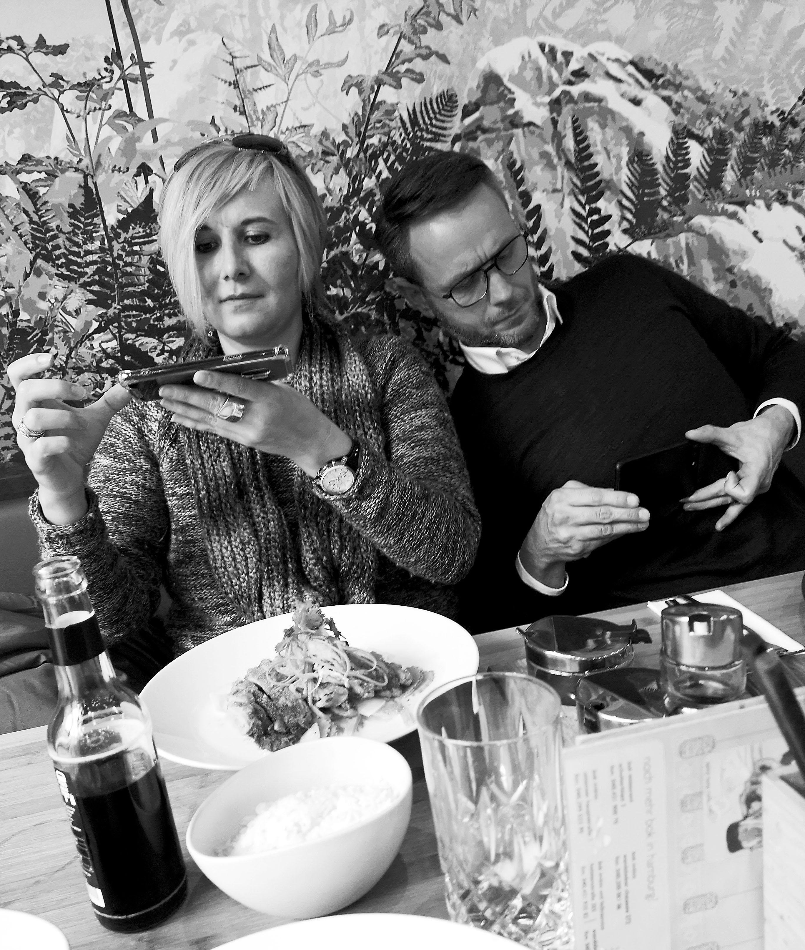 Foto: Michael B. Rehders - Lunch. Im Hamburger Restaurant Bok gelang mir dieser Schnappschuss von Bianca und Guido.